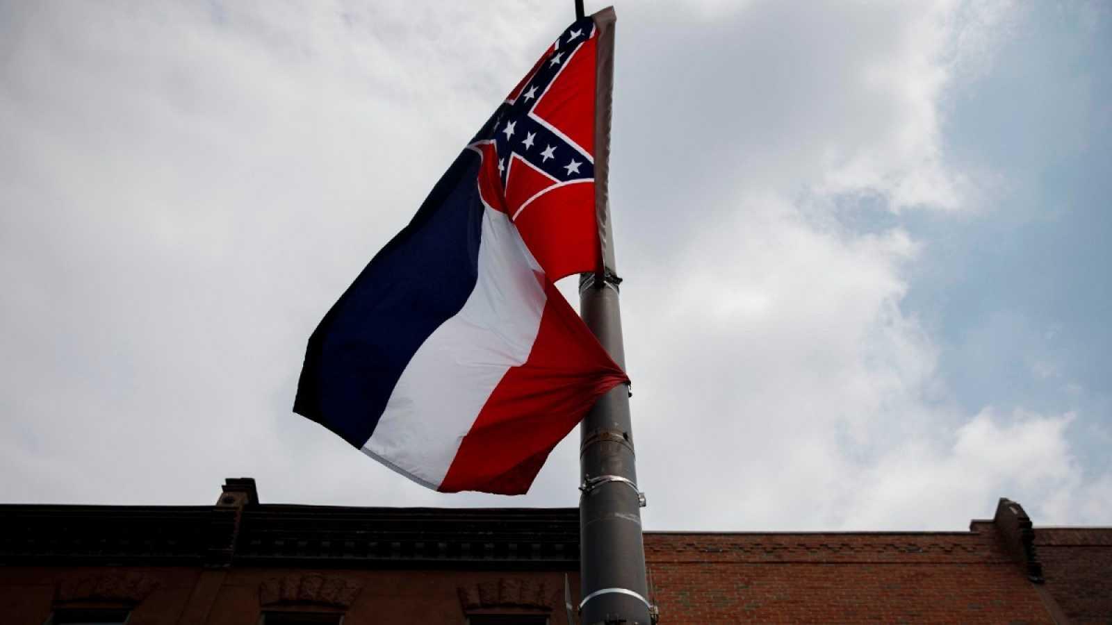 En bandera del estado de Misisipi aparece la enseña del bando confederado, que defendía la esclavitud en la guerra civil estadounidense
