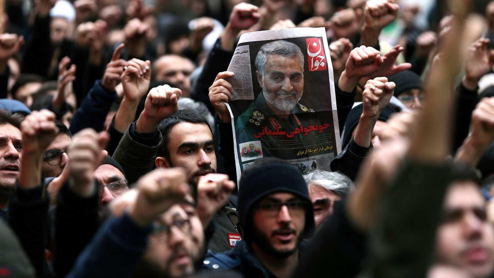 Iraníes se reúnen para llorar al general Qassem Soleimani, jefe de la élite de la Fuerza Quds, tras su muerte.