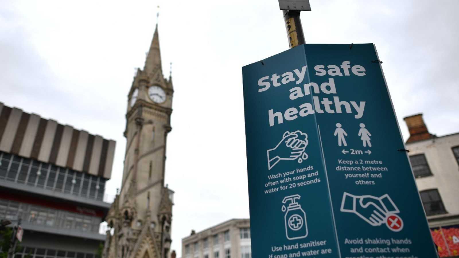 Un señal en el centro de Leicester informa sobre la higiene de manos y la distancia de seguridad necesarias para combatir la propagación de la COVID-19