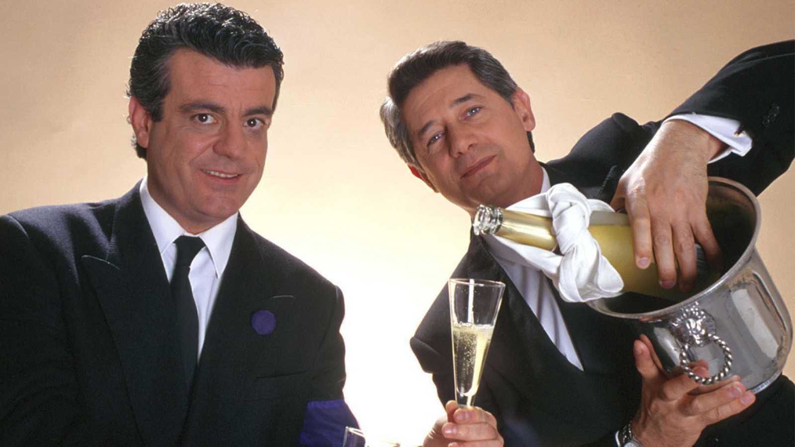Millán Salcedo y Josema Yuste, integrantes del dúo humorístico Martes y Trece, brindan con champán.