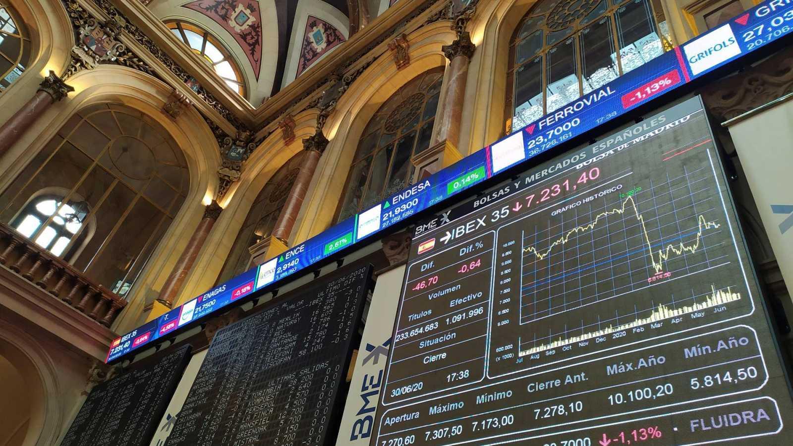 Una pantalla muestra el IBEX 35 este martes en la Bolsa de Madrid