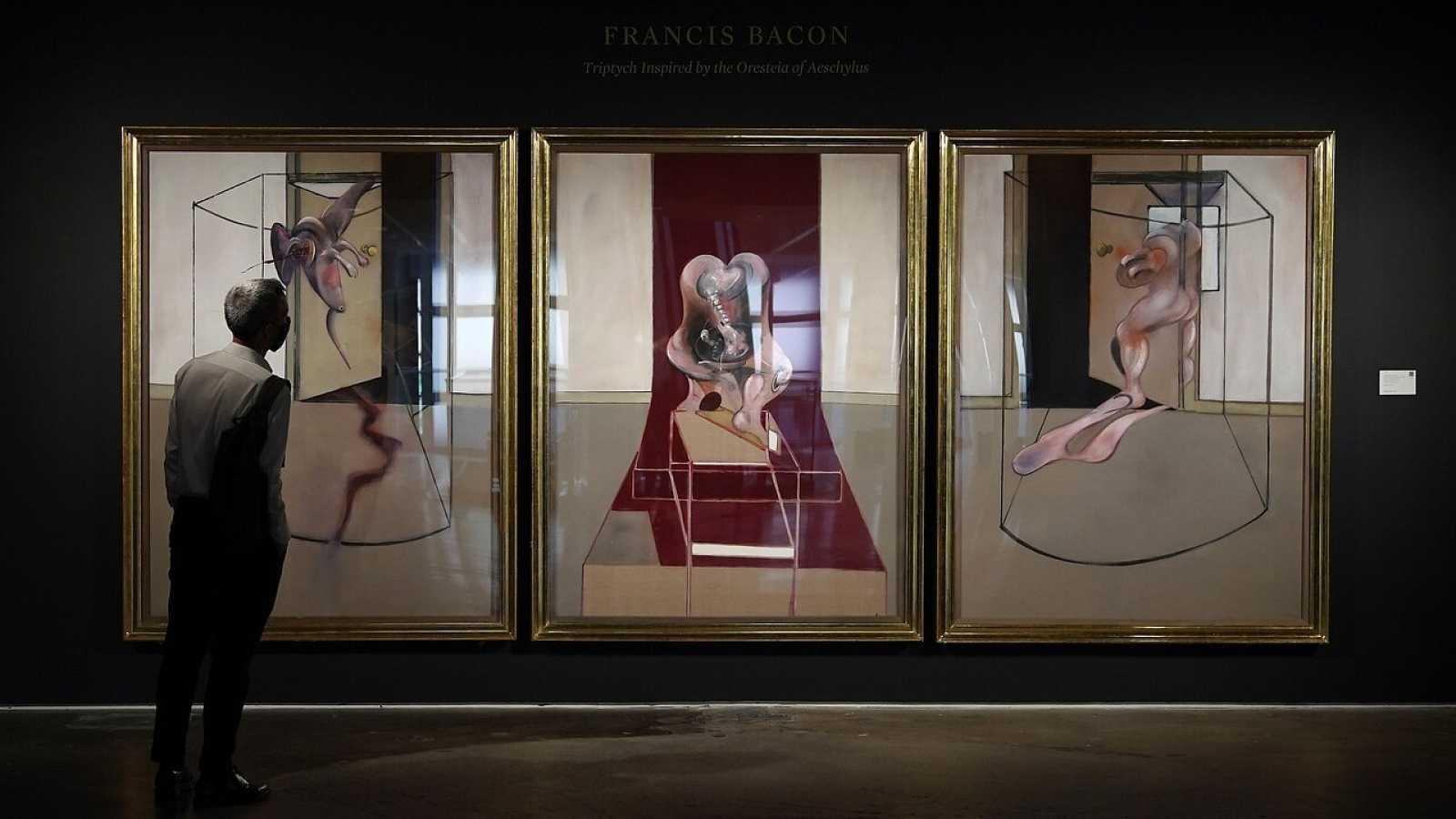"""Un hombre mira """"Tríptico inspirado en la Orestíada de Esquilo"""", de Francis Bacon"""