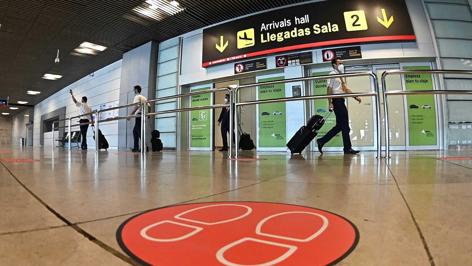 Pasajeros en la T-1 del aeropuerto de Barajas, donde se realizan controles sanitarios de llegada.