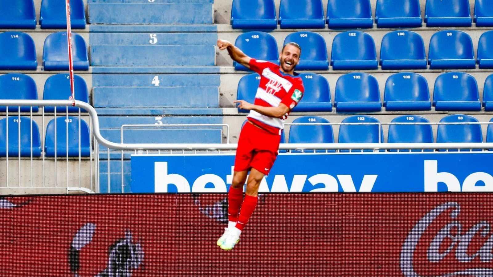 El delantero del Granada, Roberto Soldado, celebra su tanto ante el Alavés