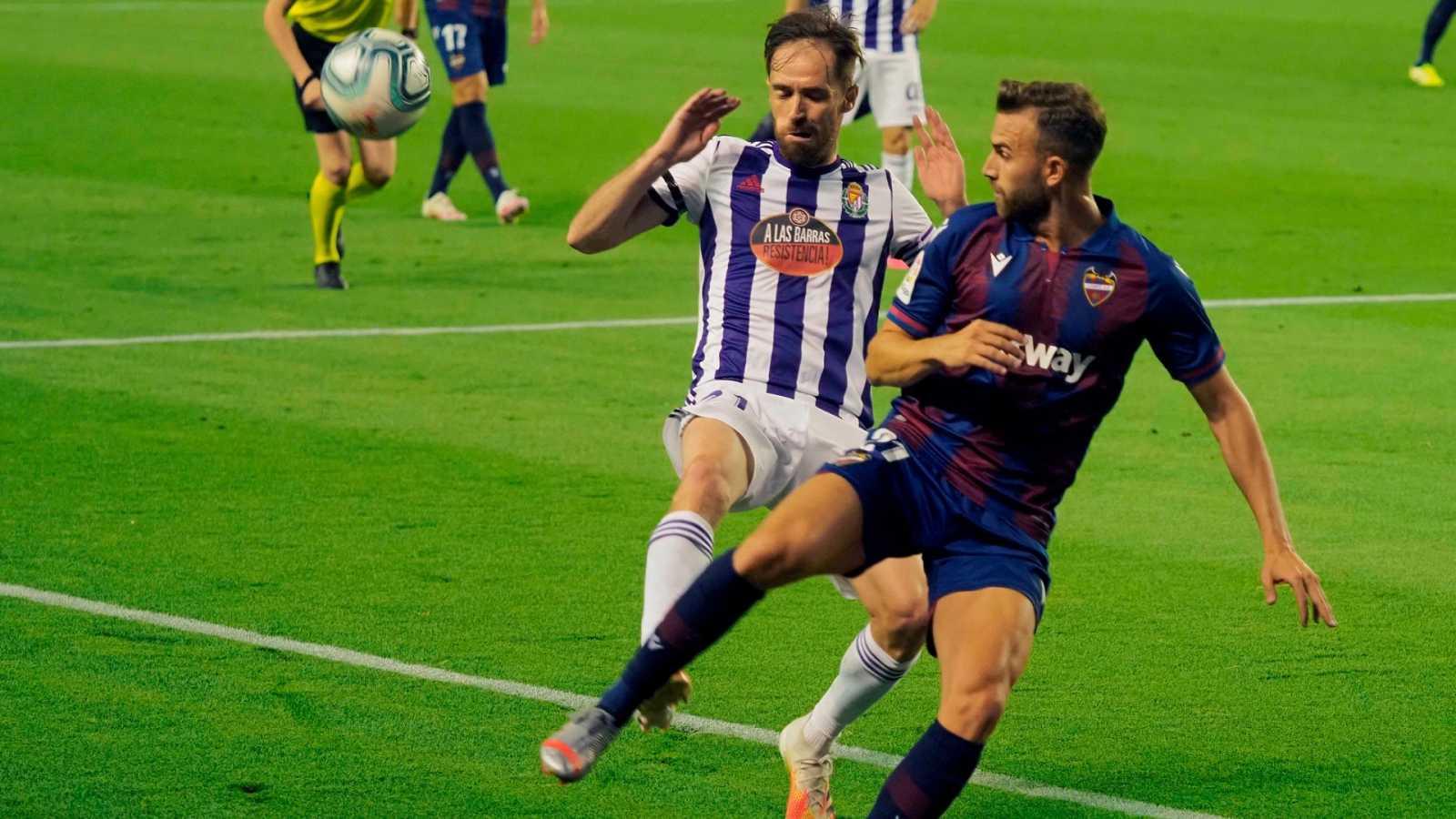 El centrocampista del Valladolid Míchel (i) pelea un balón con Mayoral, del Levante