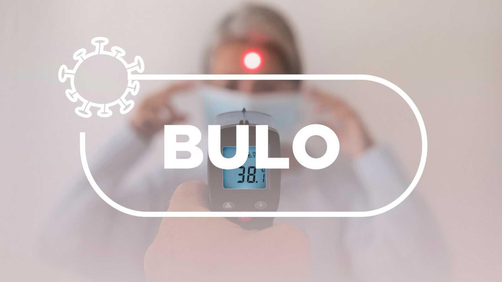 """Pistola para tomar la temperatura con el punto del rayo infrarrojo en la frente de la paciente y la palabra """"bulo"""" del sello Verifica RTVE"""