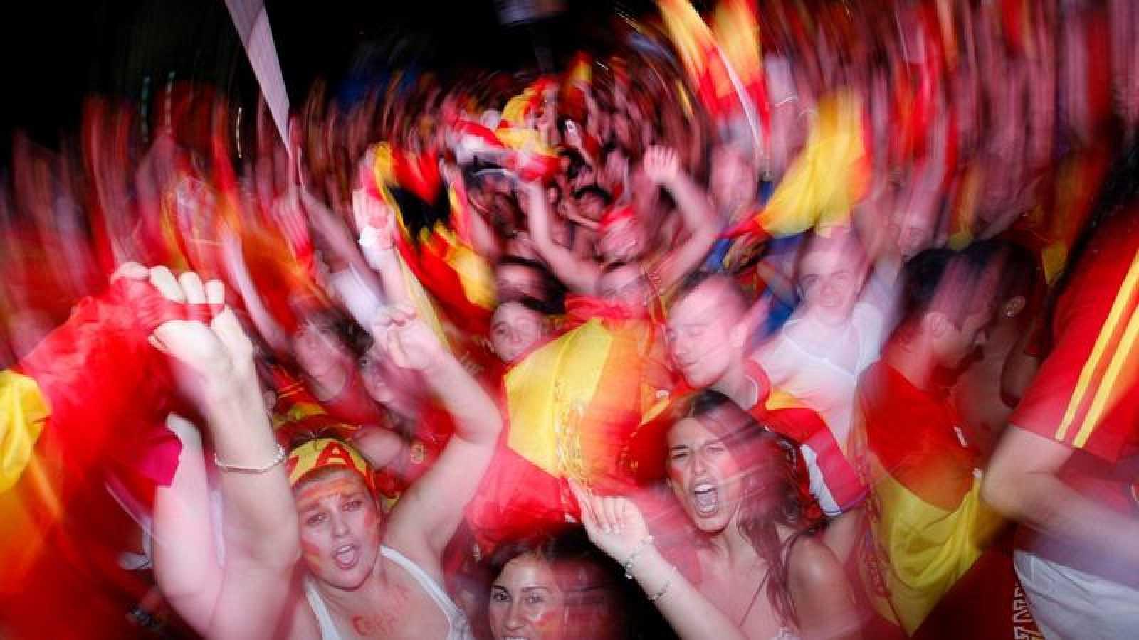 Jóvenes aficionados españoles celebran el triunfo de España en el Mundial de Sudáfrica en 2010.