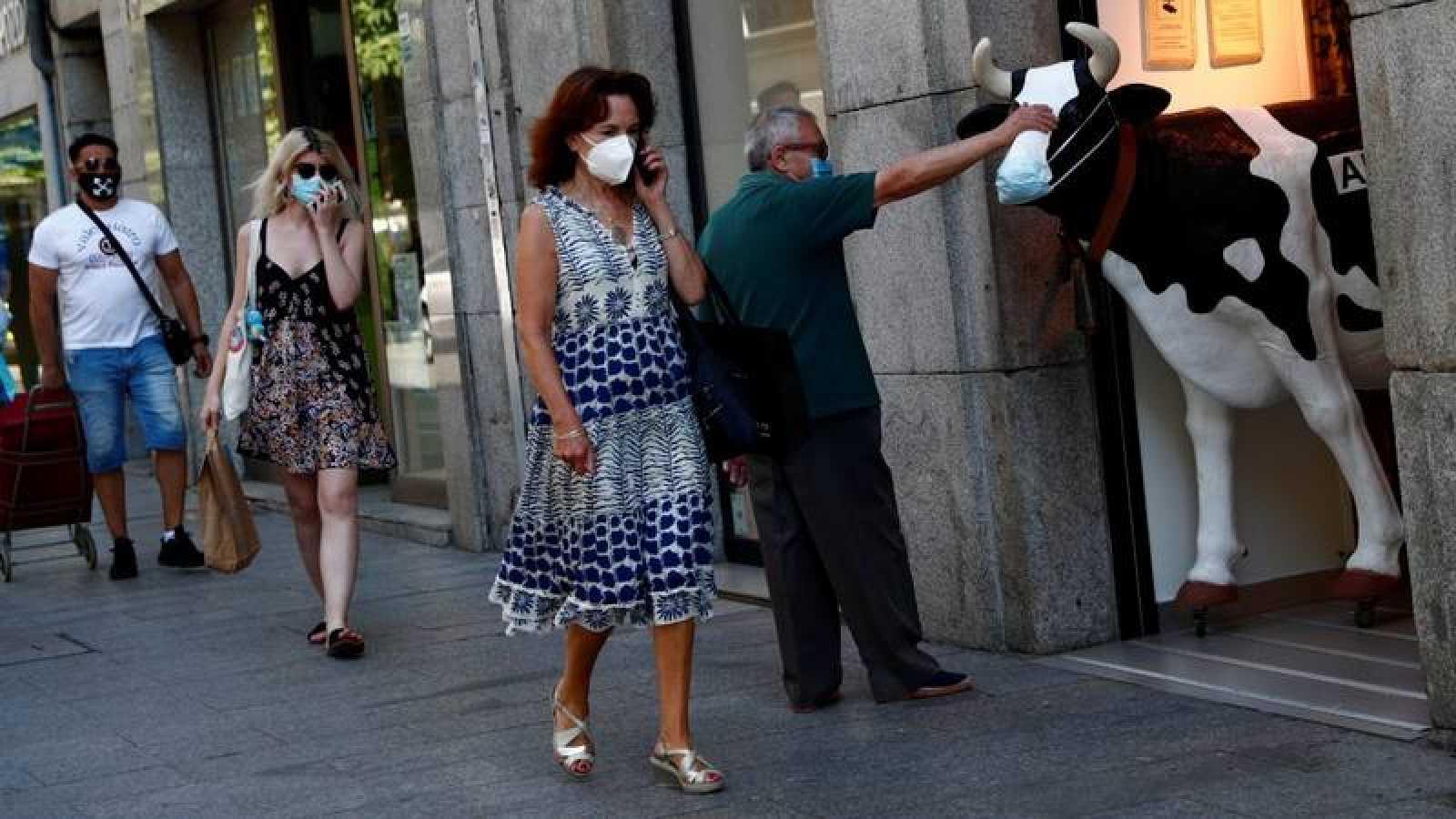 Gente paseando por una calle de Madrid