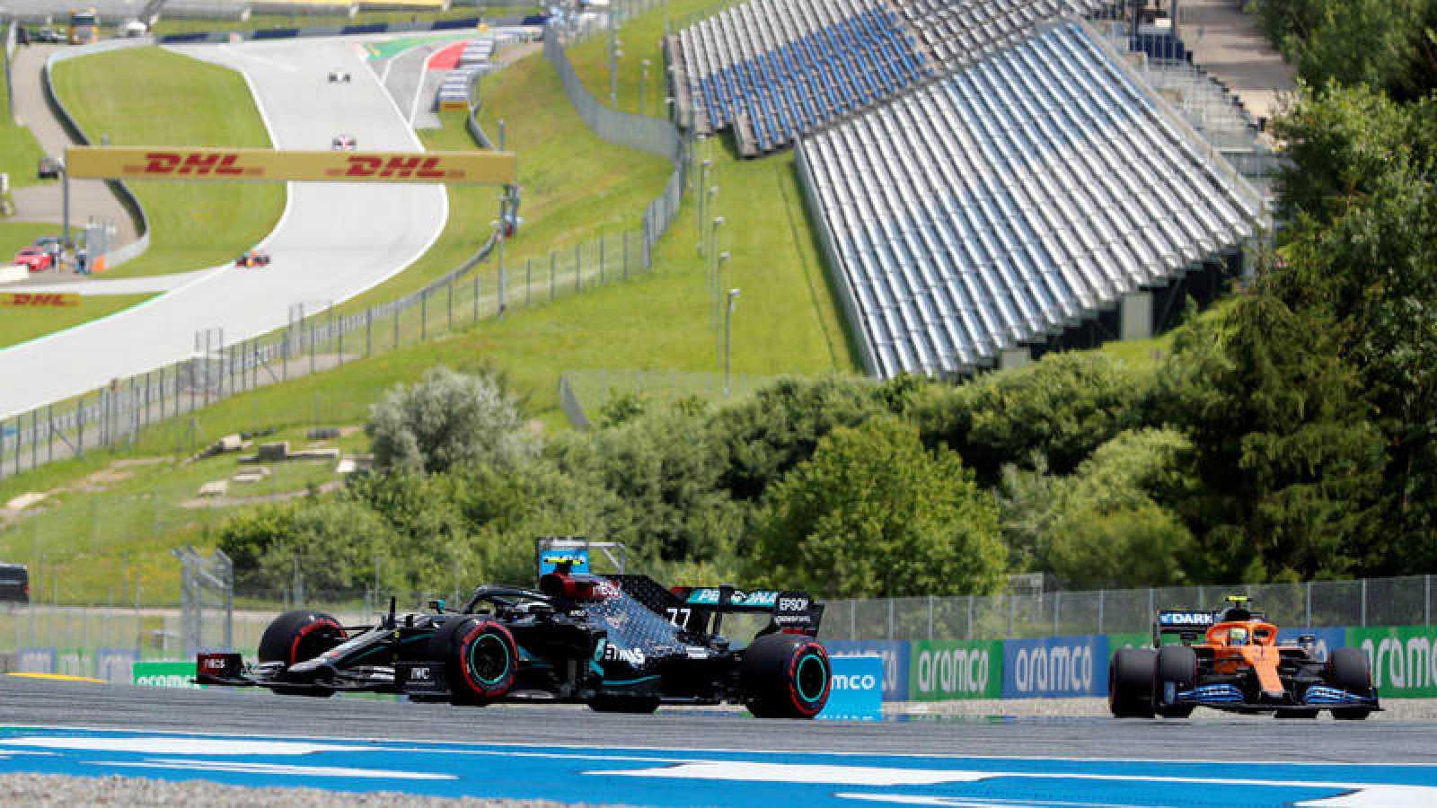 Imagen del finalndés de Mercedes, Valteri Bottas, rodando en el circuito con las gradas vacías.