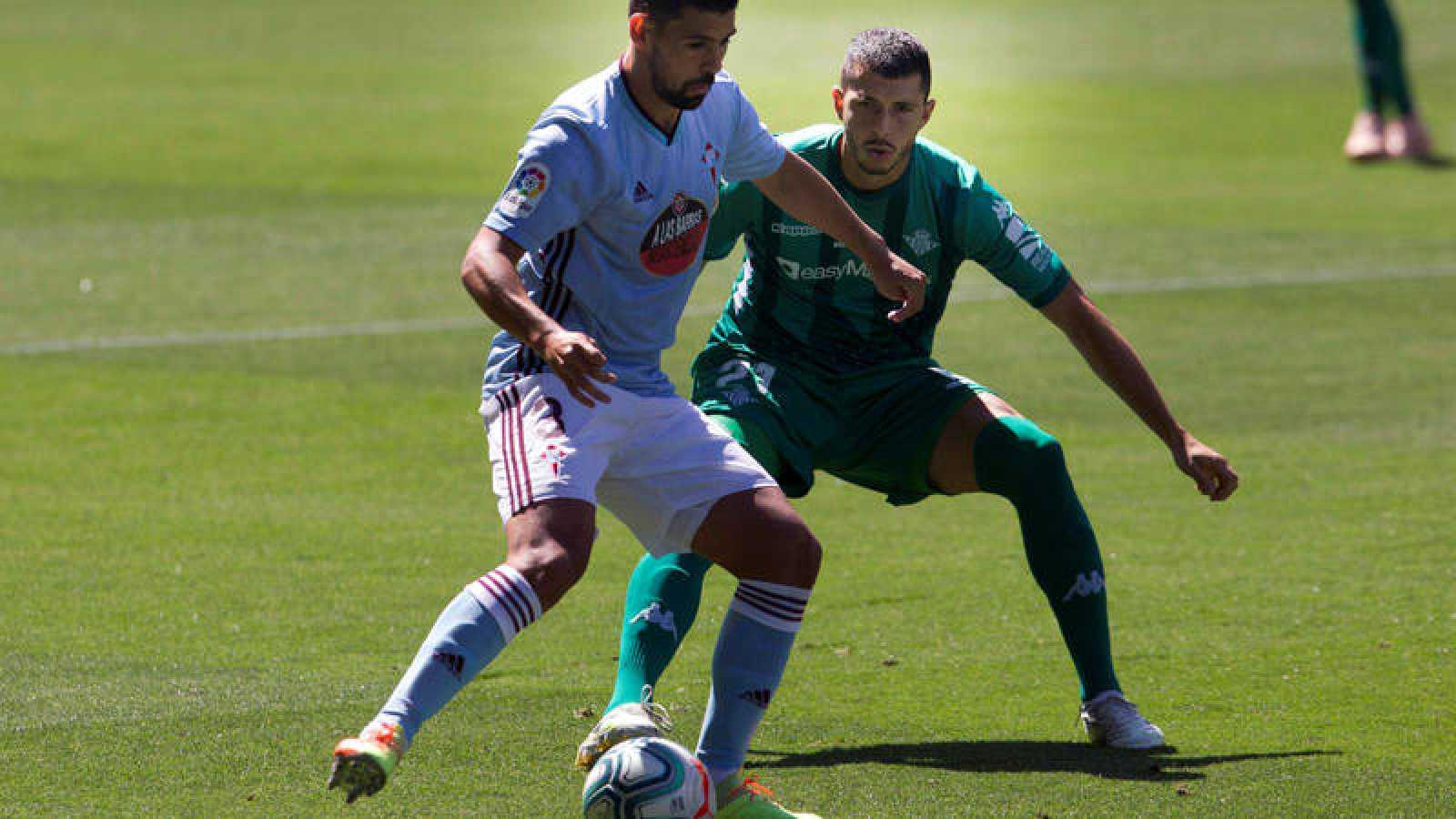 Imagen: Nolito mantiene el balón ante la presión de Guido Rodríguez