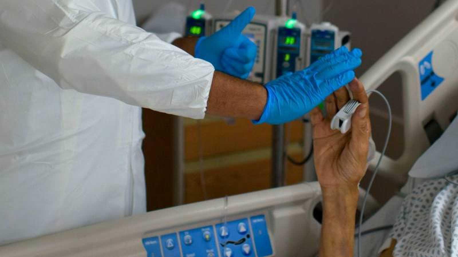 Un paciente con coronavirus es tratado en el United Memorial Medical Center de Houston (Texas, EE.UU.)