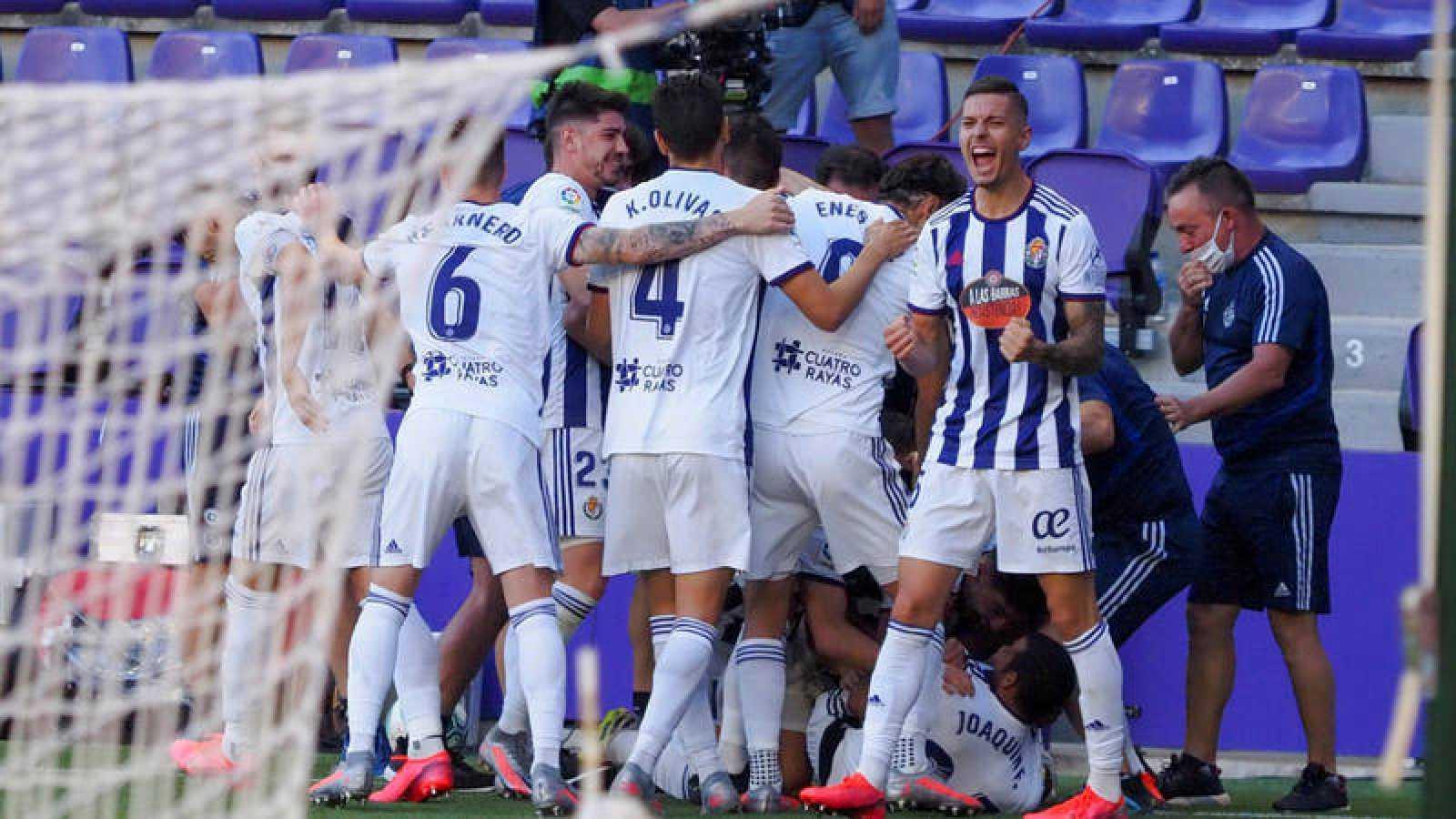 Imagen: Los jugadores del Valladolid celebran el gol de Joaquín Fernández