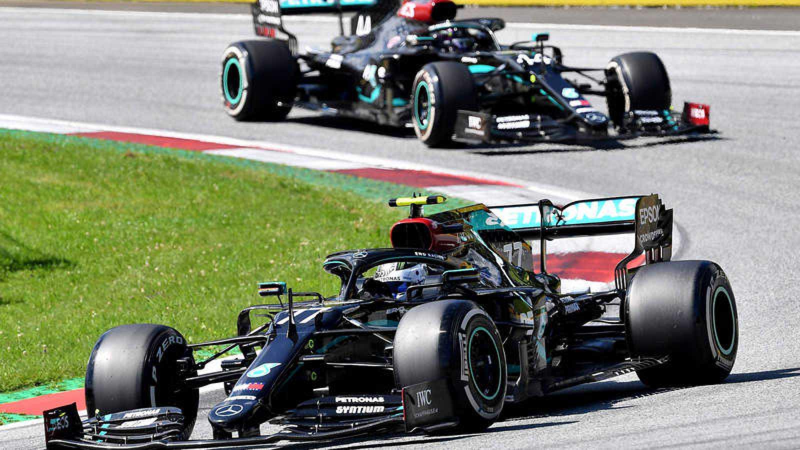Imagen del finaldés Valteri Bottas seguido de su compañero de equipo en Mercedes Lewis Hamilton.