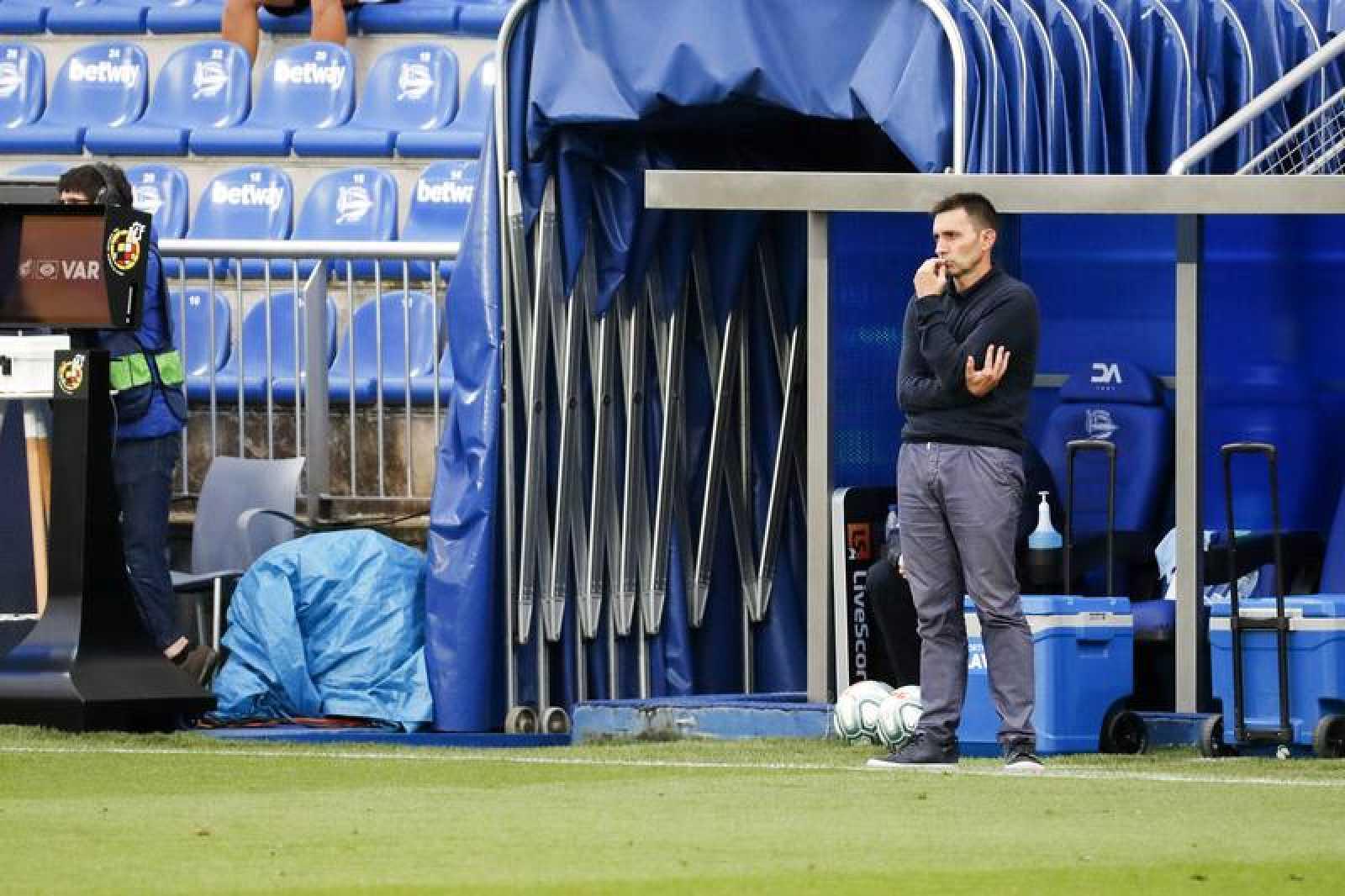 El entrenador del Alavés, Asier Garitano, durante el partido de su equipo ante el Granada
