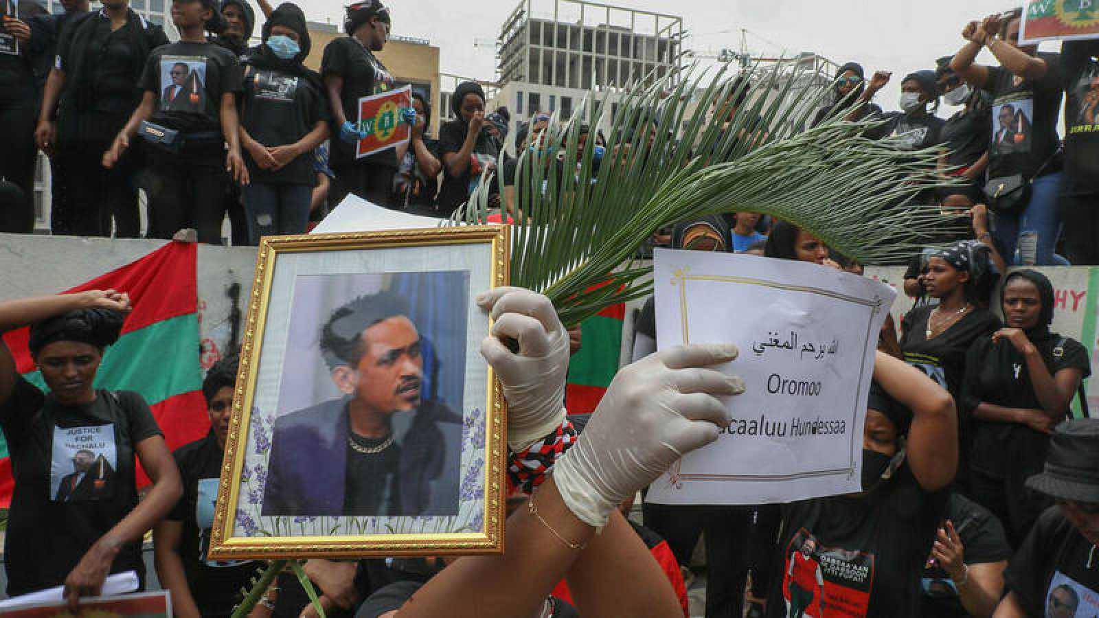 Miembros de la comunidad etíope oromo en el Líbano participan en una manifestación para protestar por la muerte del músico y activista Hachalu Hundessa, en la capital Beirut.