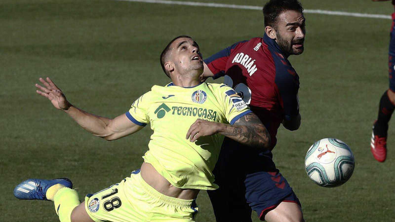 Imagen: Pugna por el balón entre Mauro Arambarri (i) y Adrián López (d)