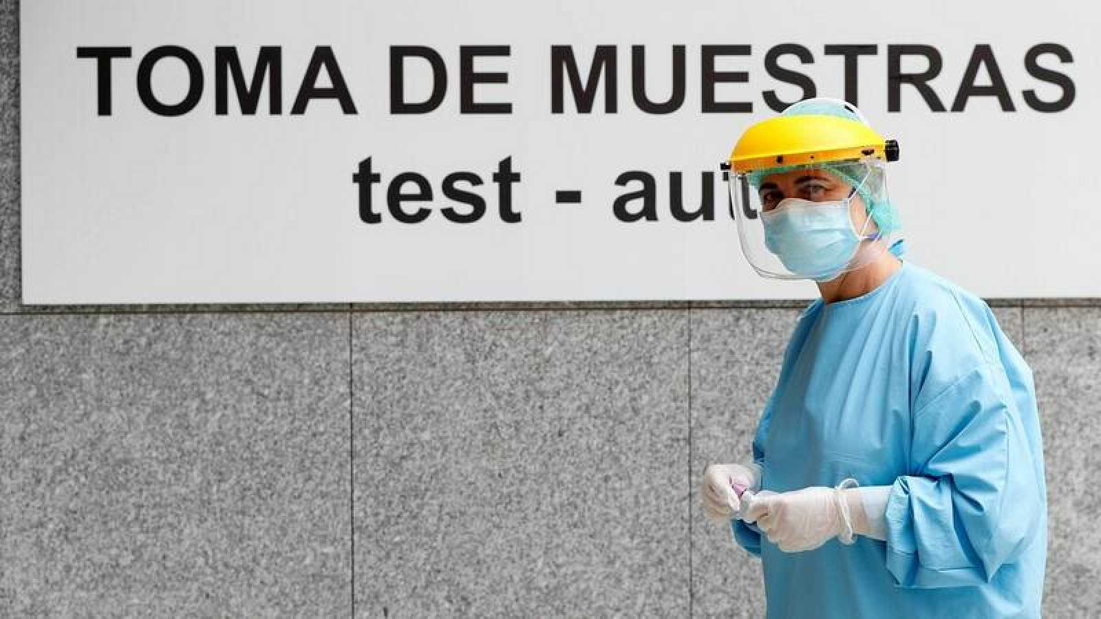Miembros del personal sanitario del Hospital da Costa realizan PCR. Efe/Eliseo Trigo