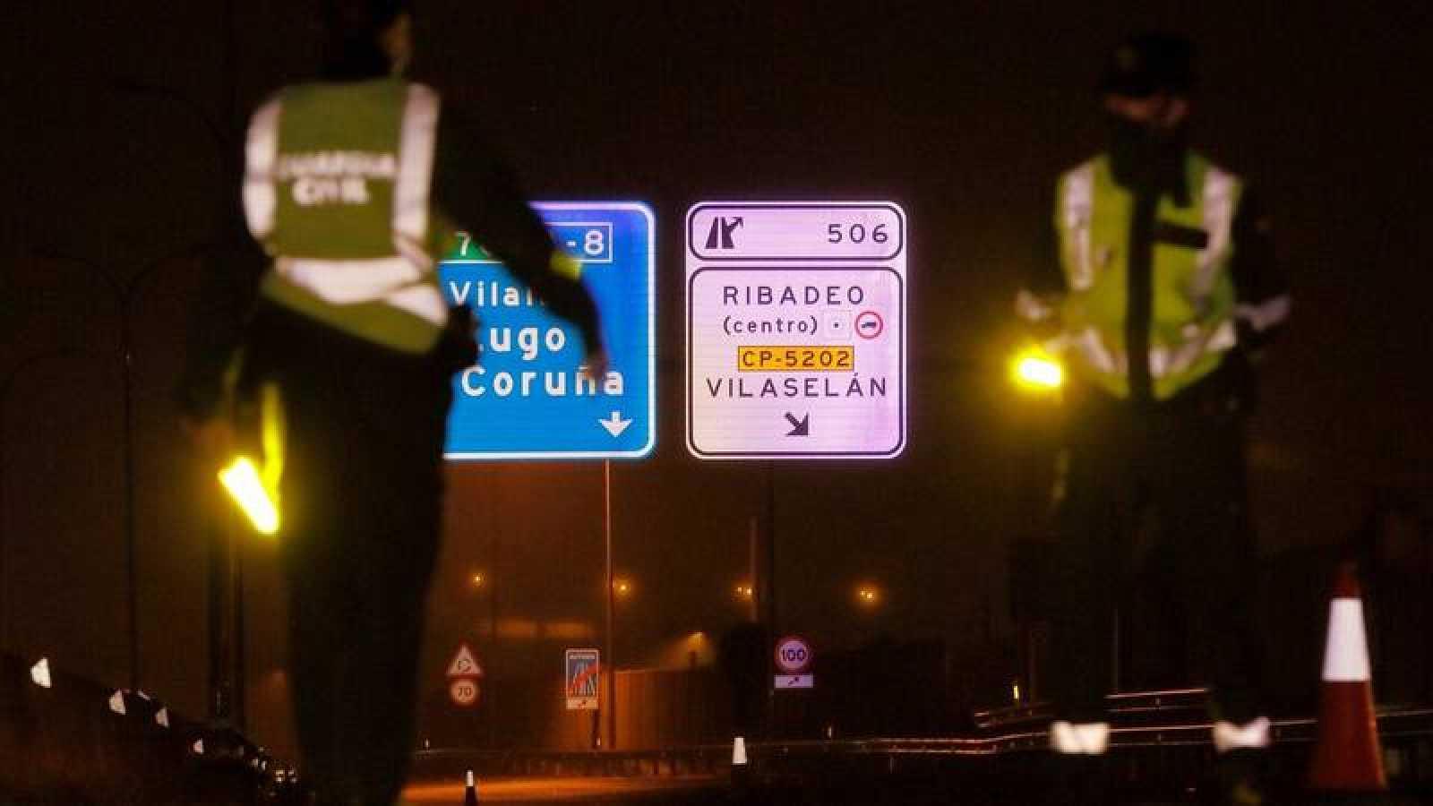 Tres patrullas de la Guardia Civil realizan esta madrugada controles en la Autovía A-8 que comunica con Asturias en Ribadeo (Lugo)