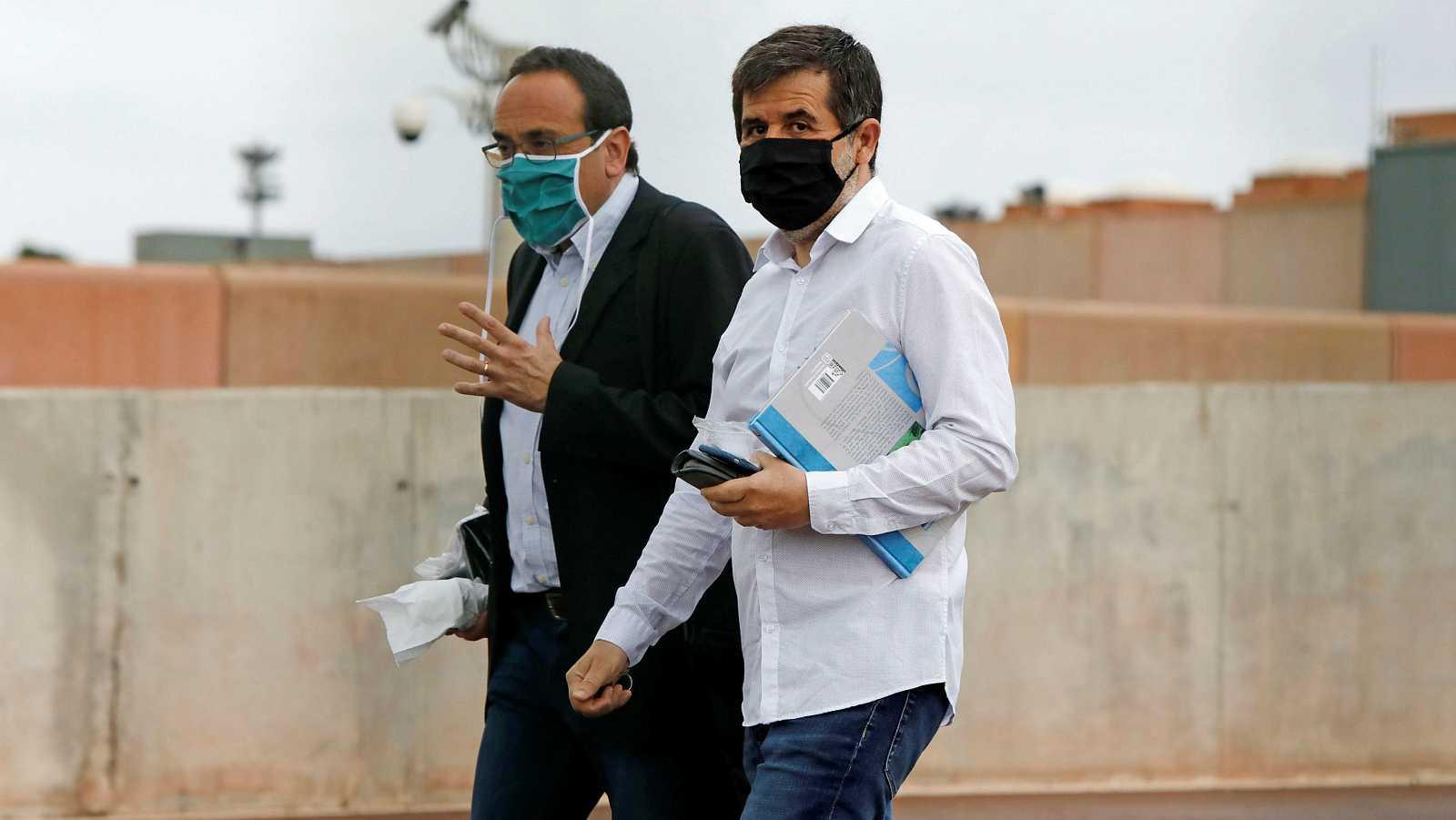 El exconseller Josep Rull acompañado por el expresidente de la ANC, Jordi Sánchez a su salida de la prisión de Lledoners (Barcelona), para llevar a cabo labores de voluntariado en aplicación del artículo 100.2 de régimen penitenciario.