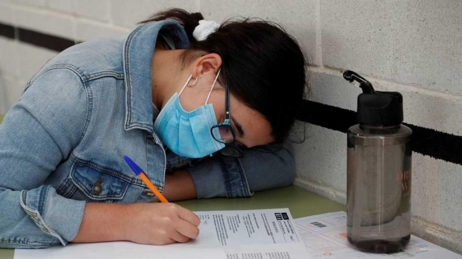 Una alumna realiza el examen de acceso a la universidad