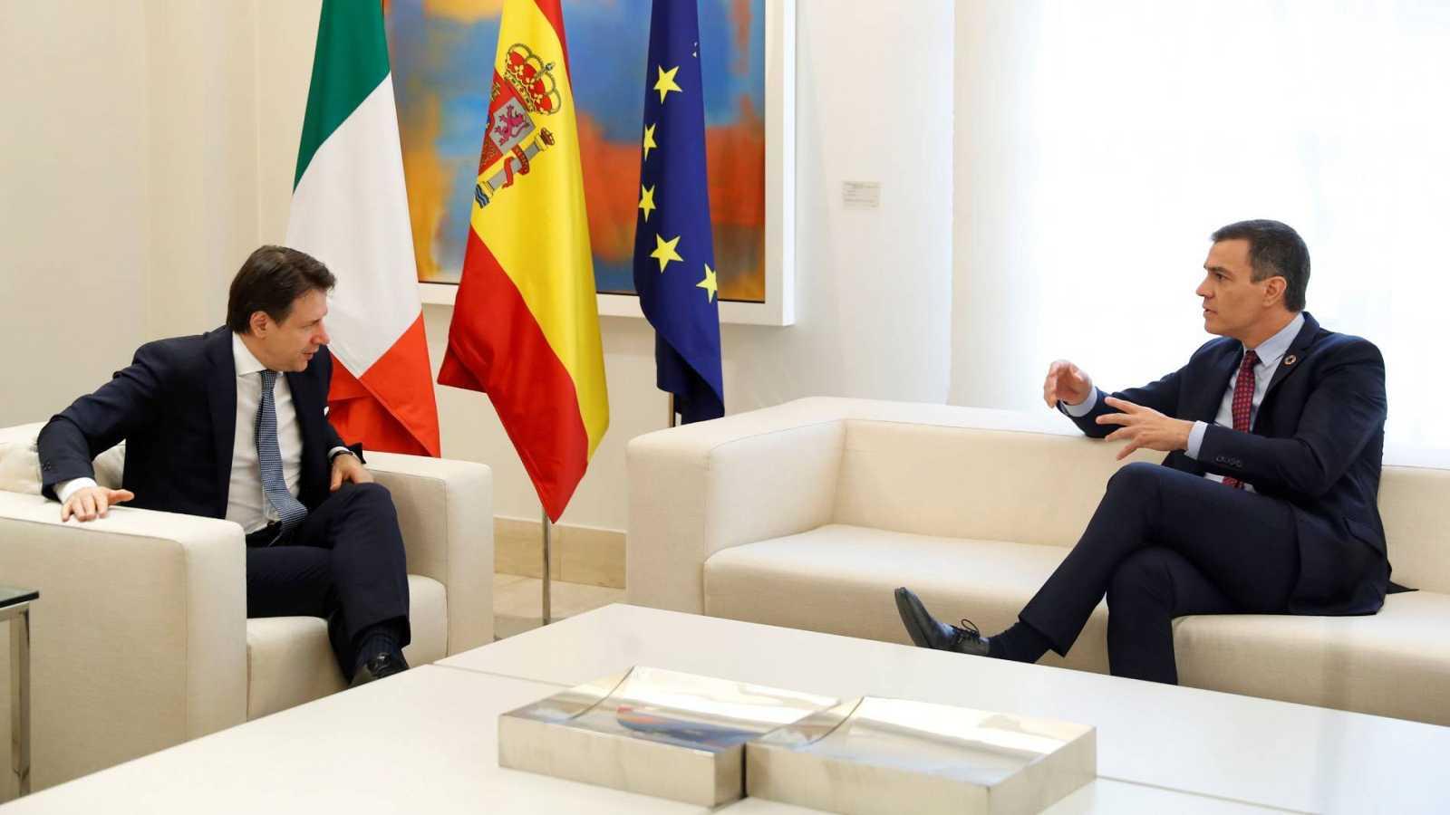 El presidente del Gobierno, Pedro Sánchez, junto al primer ministro italiano, Giuseppe Conte, en el Palacio de la Moncloa