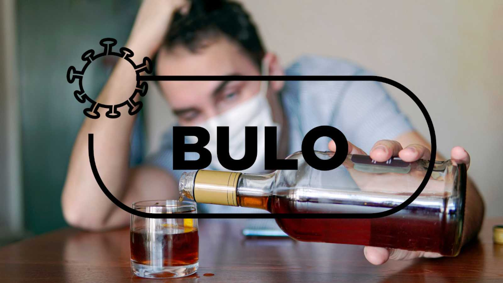 Un hombre con mascarilla sostiene una botella con una bebida alcoholica de alta graduación y la palabra bulo de Verifica RTVE.