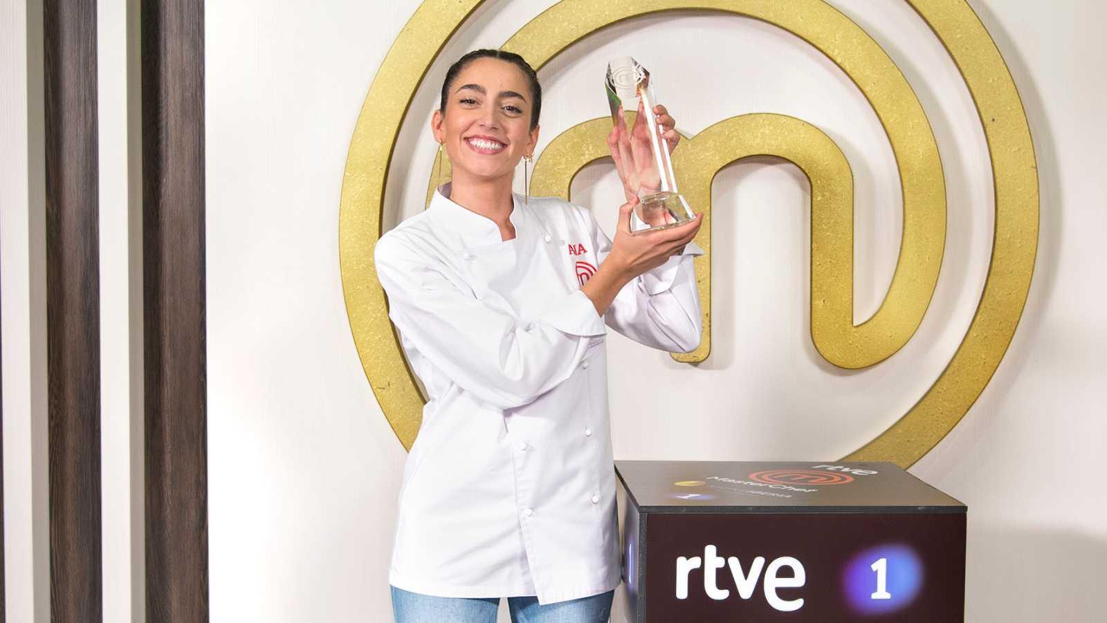 Ana, ganadora de MasterChef, con el trofeo