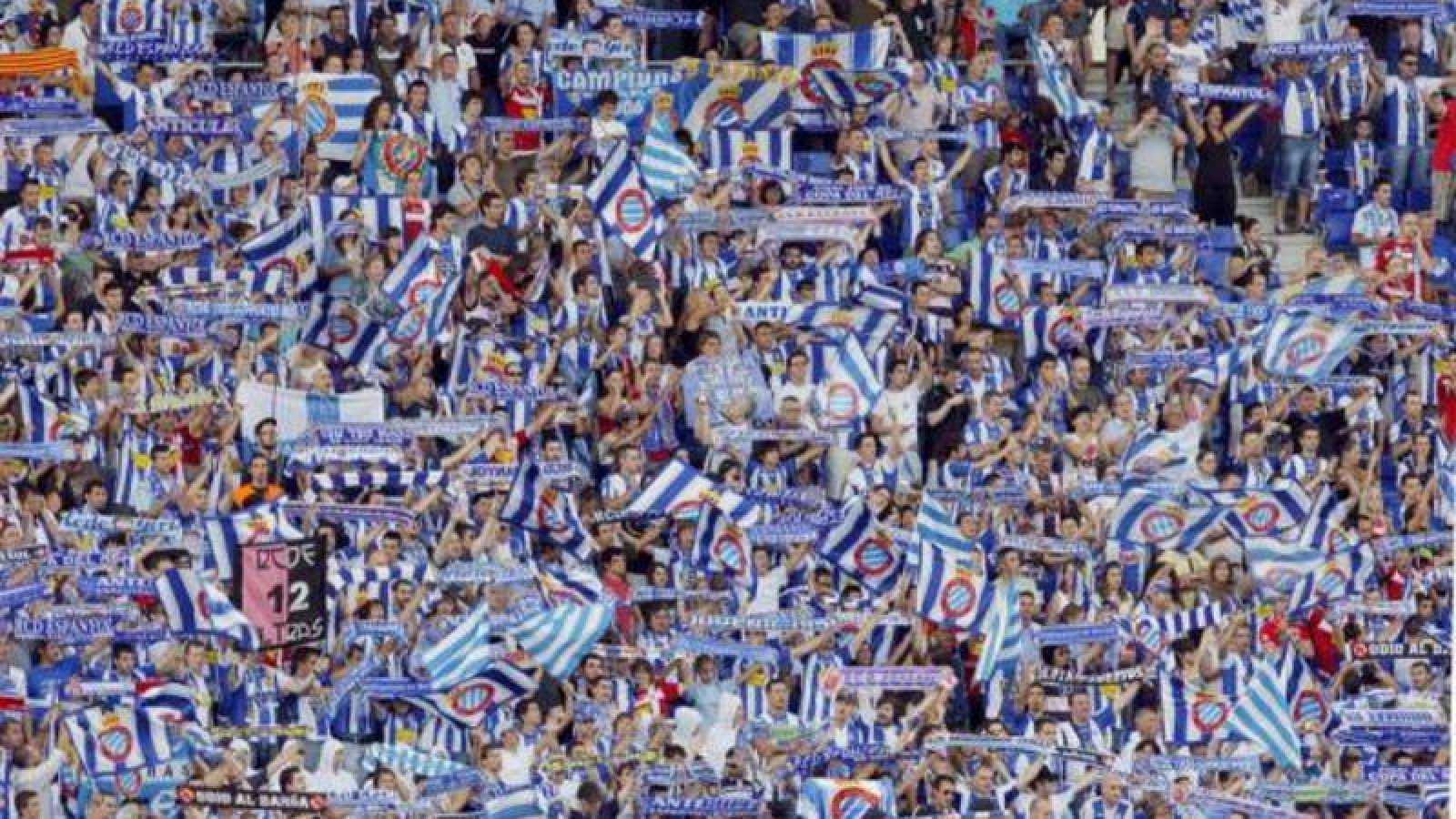 Aficionados del RCD Espanyol durante el acto de inauguración del Estadi Cornellà-El Prat