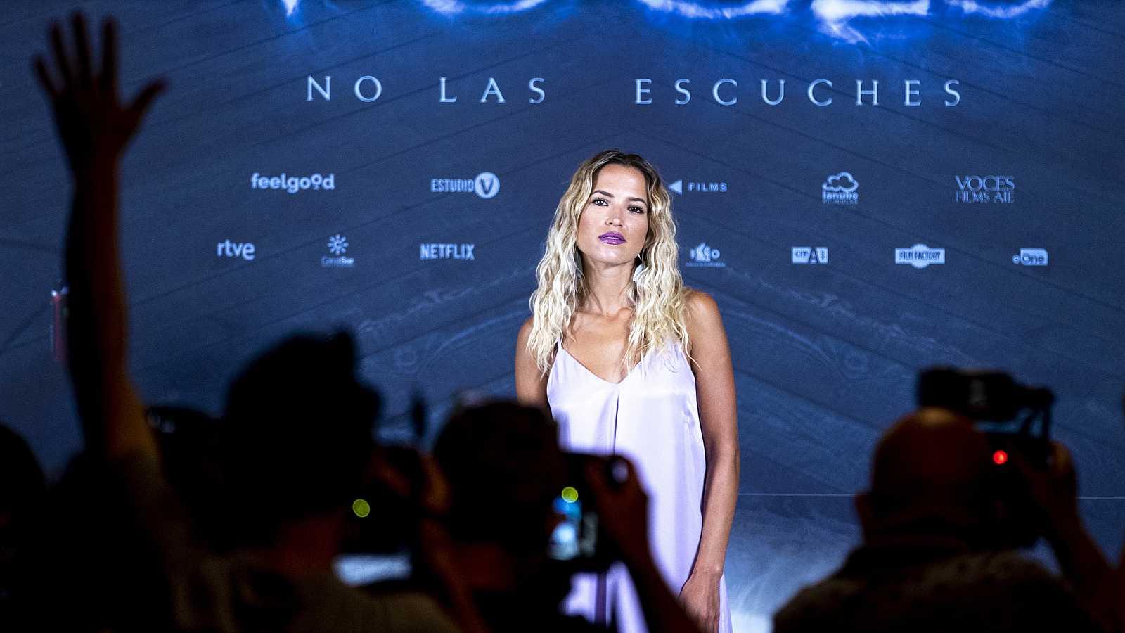 Ana Fernández, a dos metros de distancia de la prensa en el photocall de la película 'Voces'