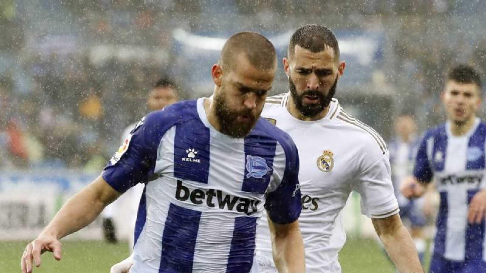 Víctor Laguardia disputa un balón con Karim Benzema, durante el partido correspondiente a la jornada 15 de LaLiga.