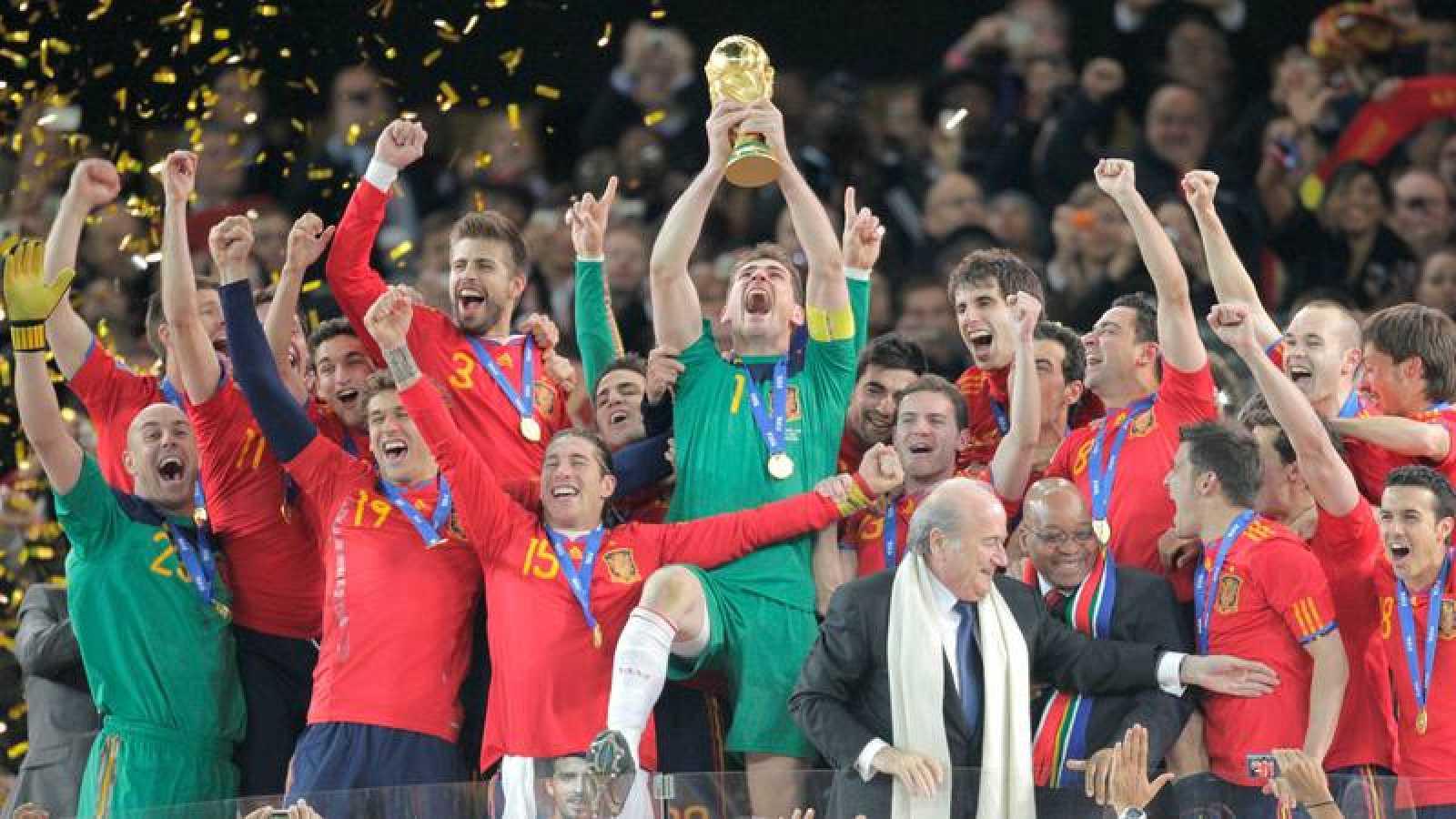 Los jugadores de la selección española reciben la Copa del Mundo en Sudáfrica 2010