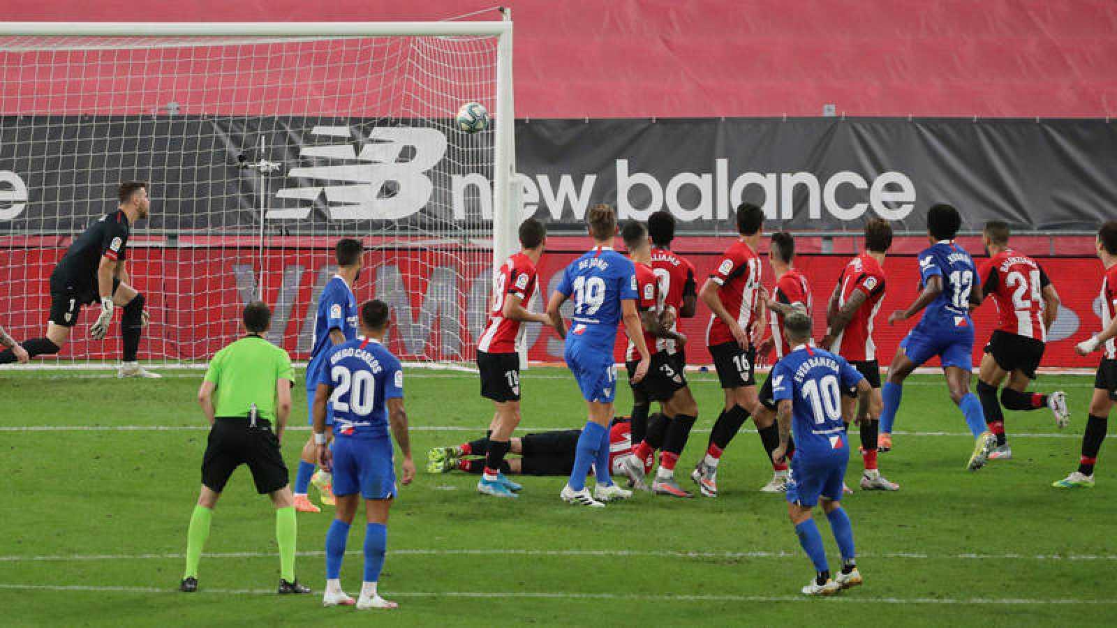 El centrocampista del Sevilla Ever Banega (10) marca de falta el primer gol ante el Athletic, durante el partido de Liga en Primera División disputado en el estadio de San Mamés, en Bilbao.