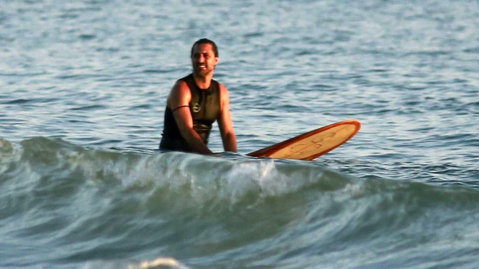 Hugo Silva hace surf en la playa