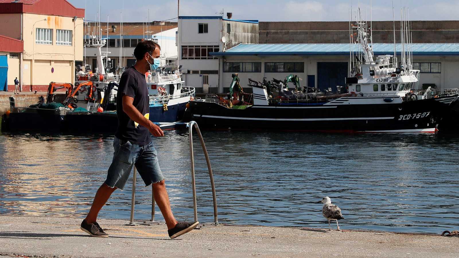 Un trabajador camina por el puerto de Burela, el municipio de A Mariña con más contagios.