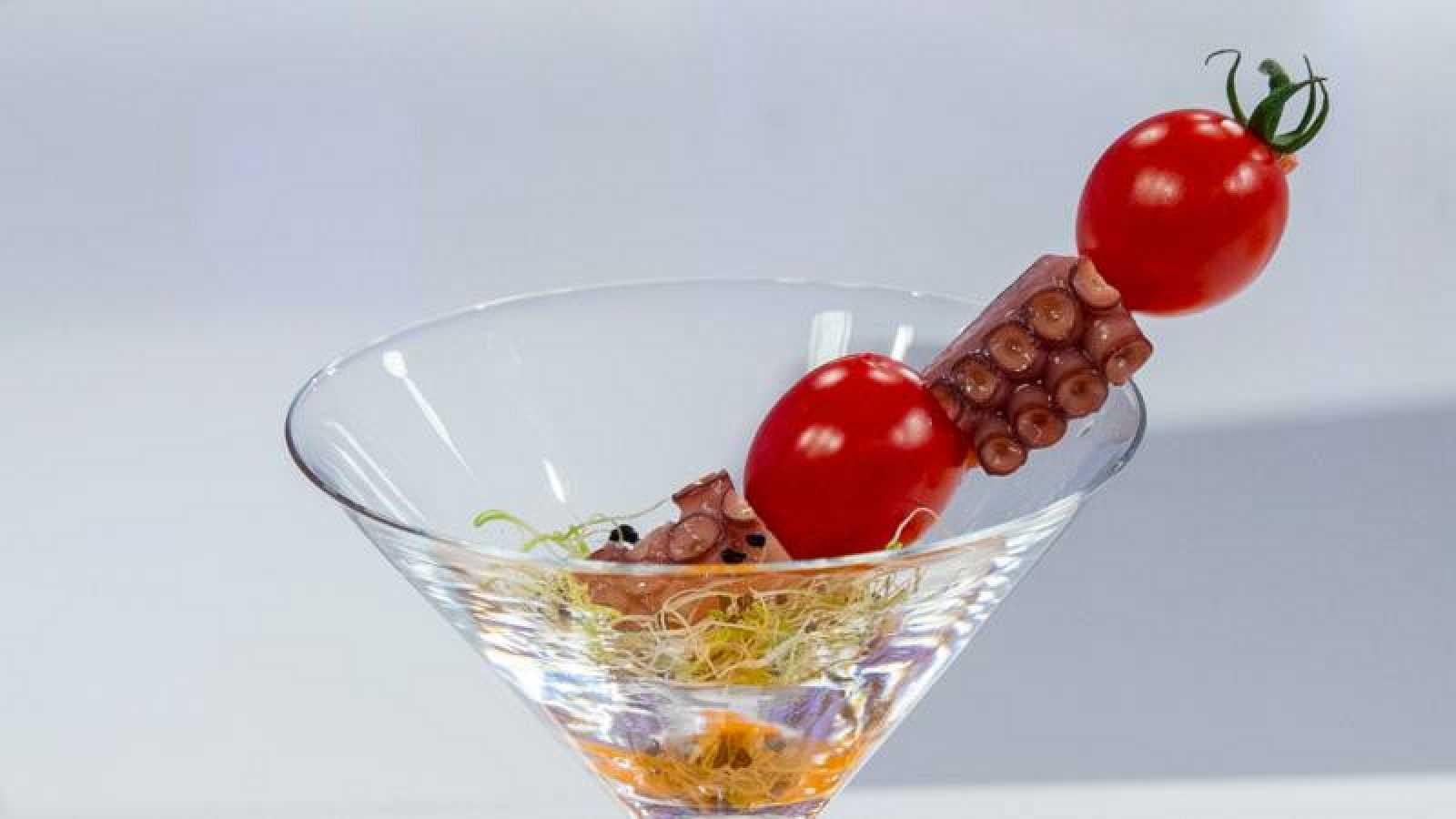 Copitas de brotes de alfalfa con pulpo, tomates cherry y aceite de pimentón