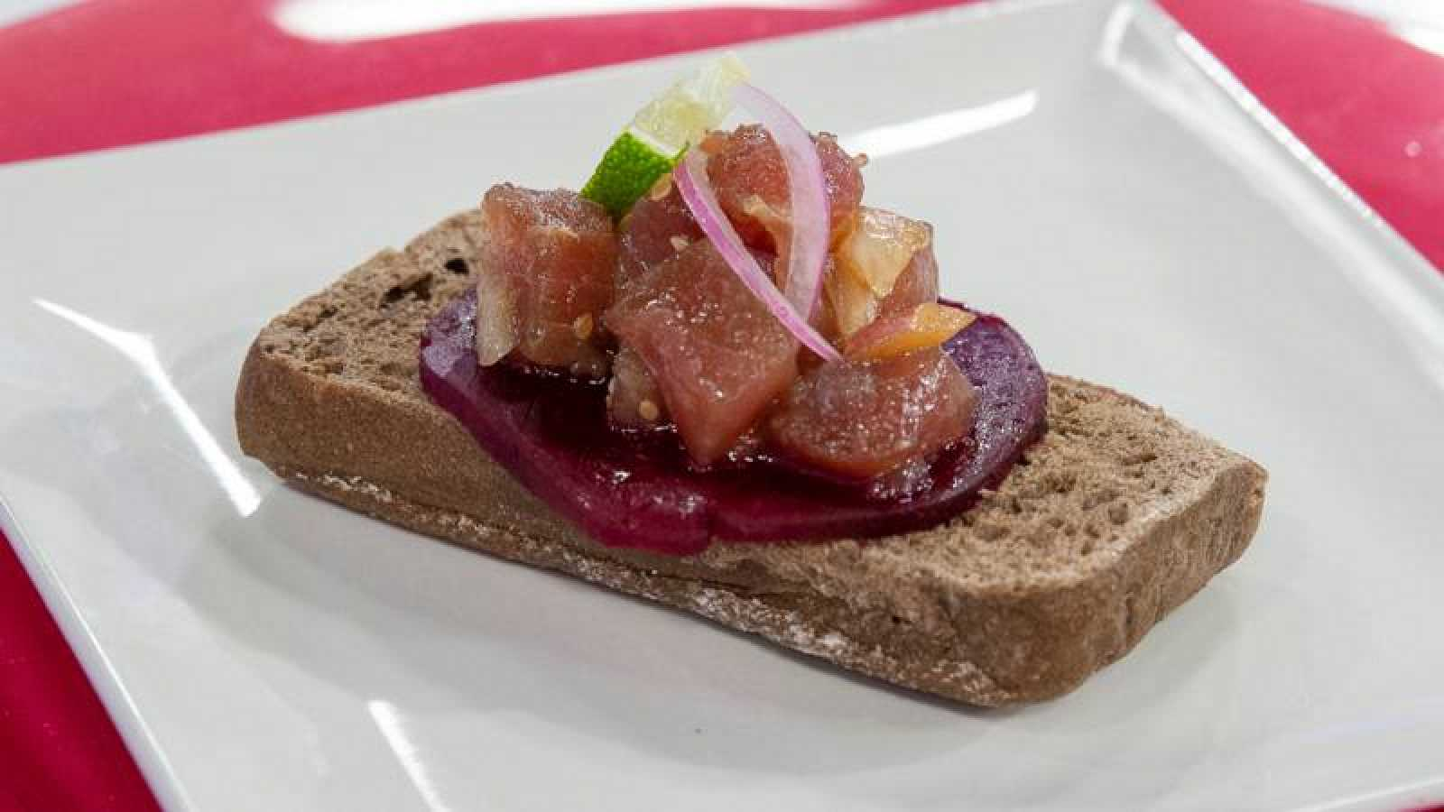 Pincho de pan integral con tartar de atún y remolacha