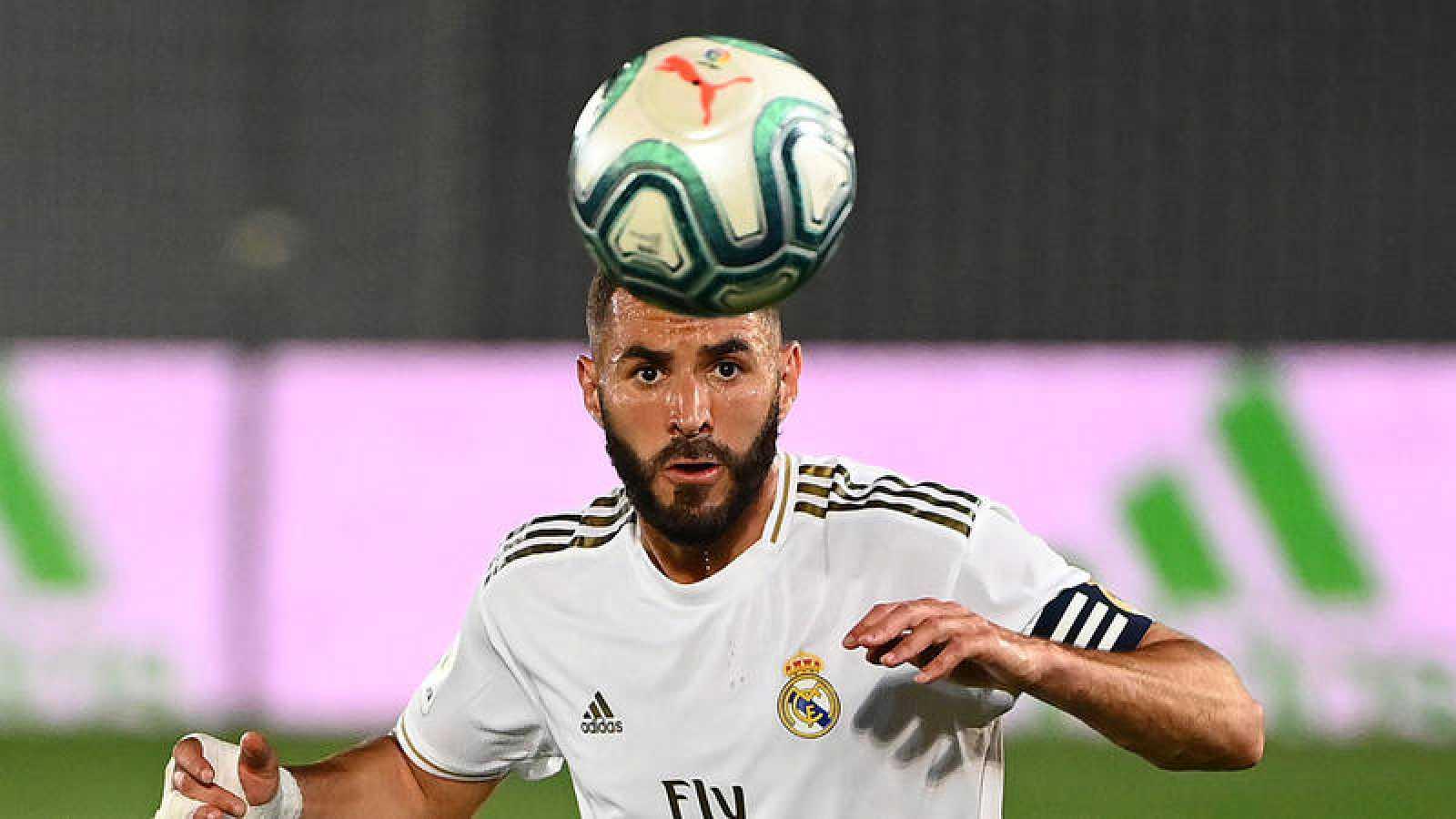 Benzema controla el balón