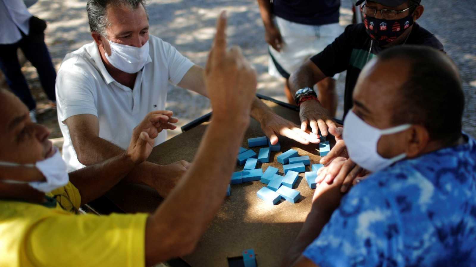 Un grupo juega dominó en una calle de Ceilandia, Brasilia, durante la pandemia