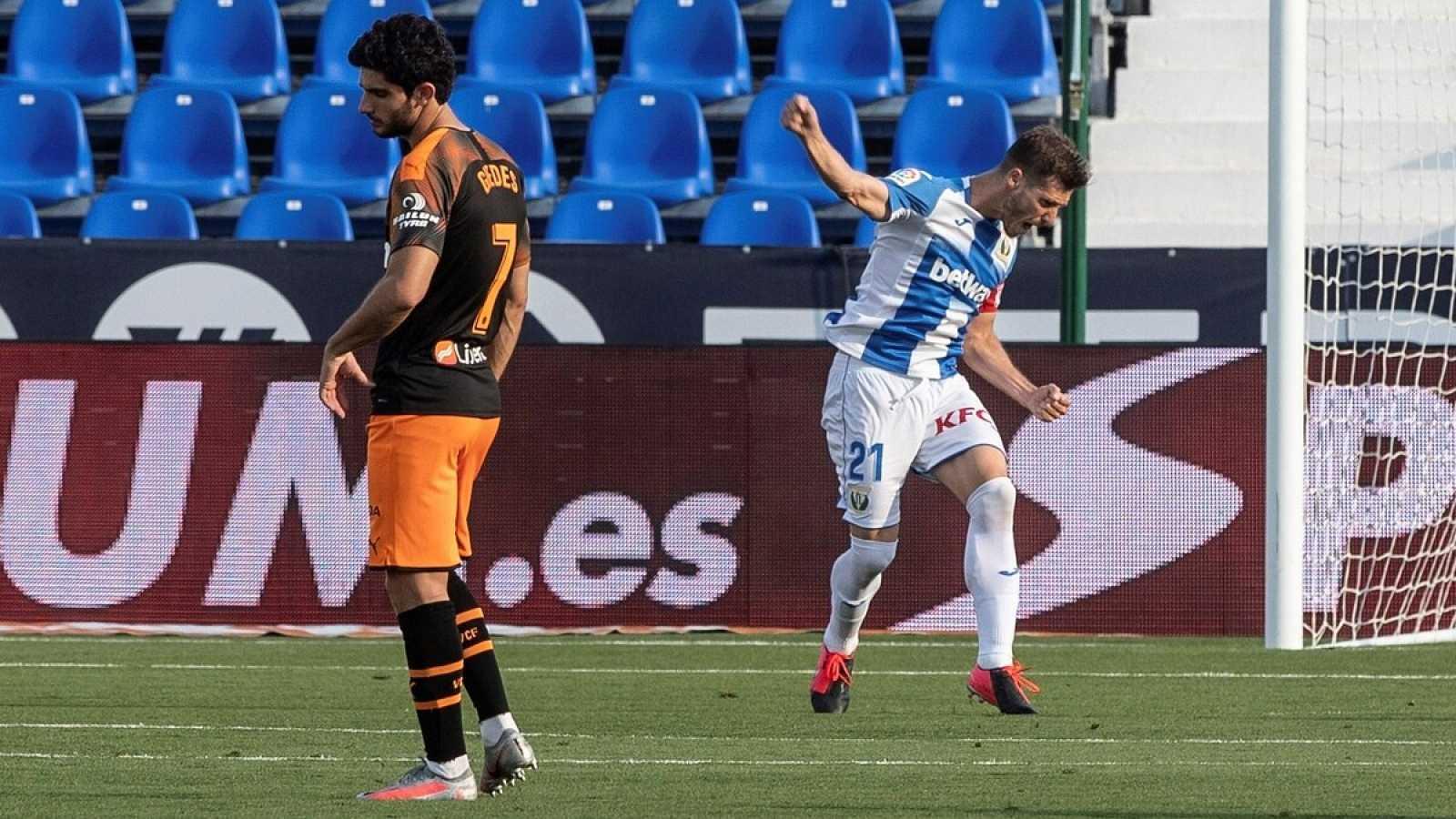 Imagen: Rubén Pérez (d) celebra su gol de penalti ante el lamento de Guedes (i)