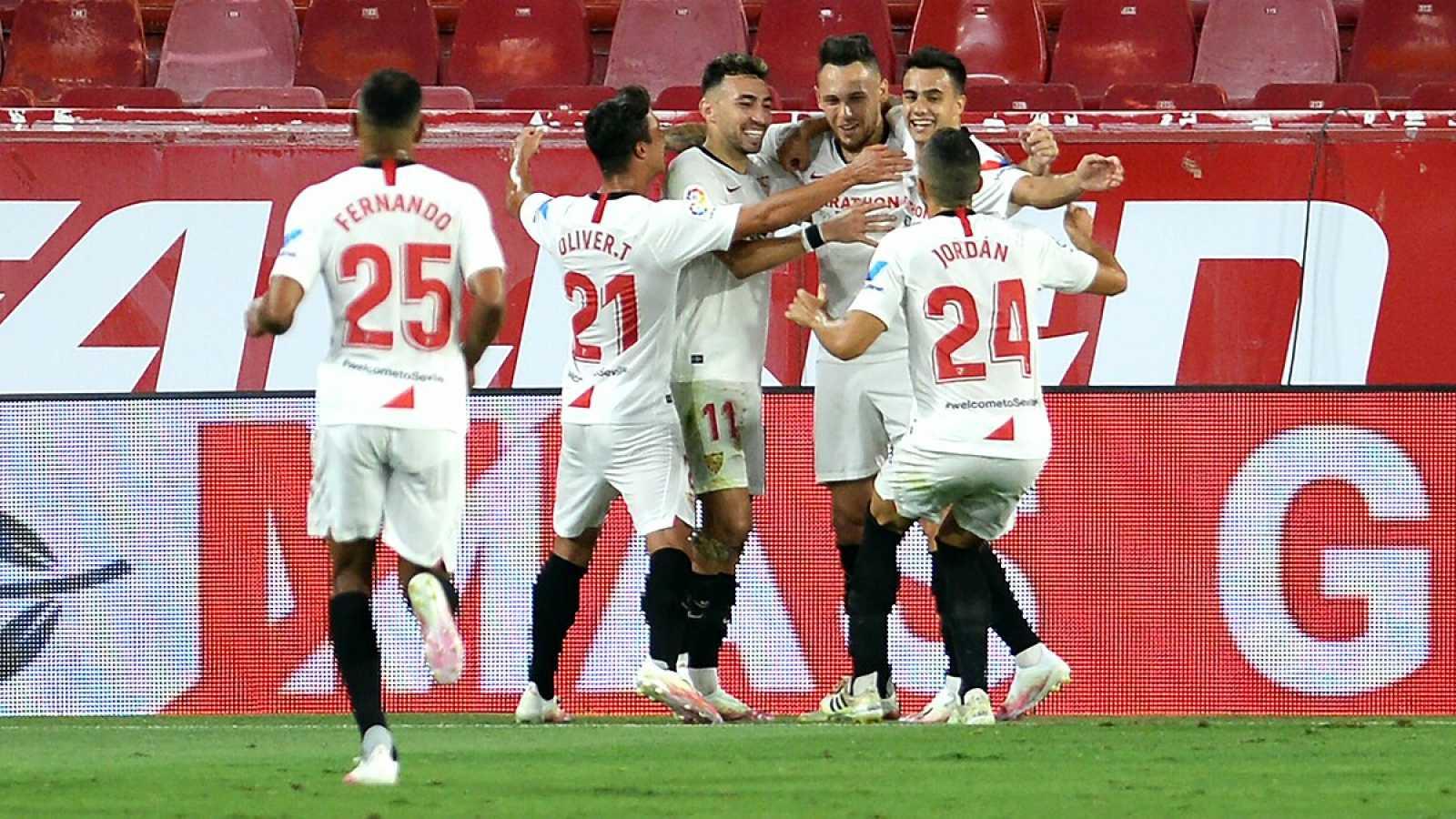Imagen: Los jugadores del Sevilla celebran el gol de Ocampos