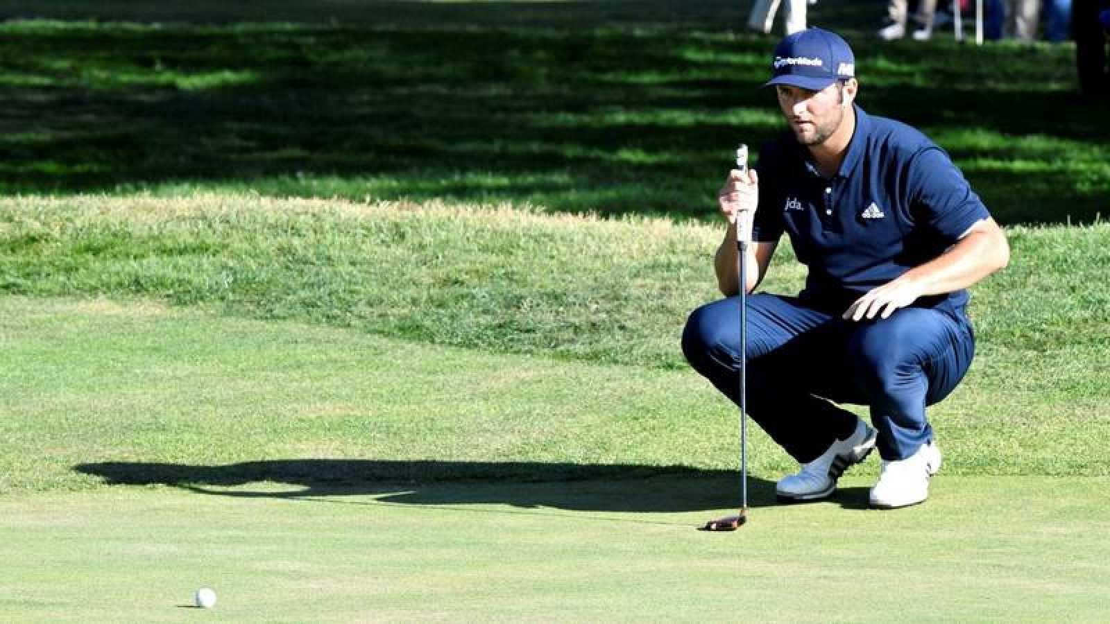 El golfista español Jon Rahm observa la pelota durante su participación en el Abierto de España de Golf 2019.
