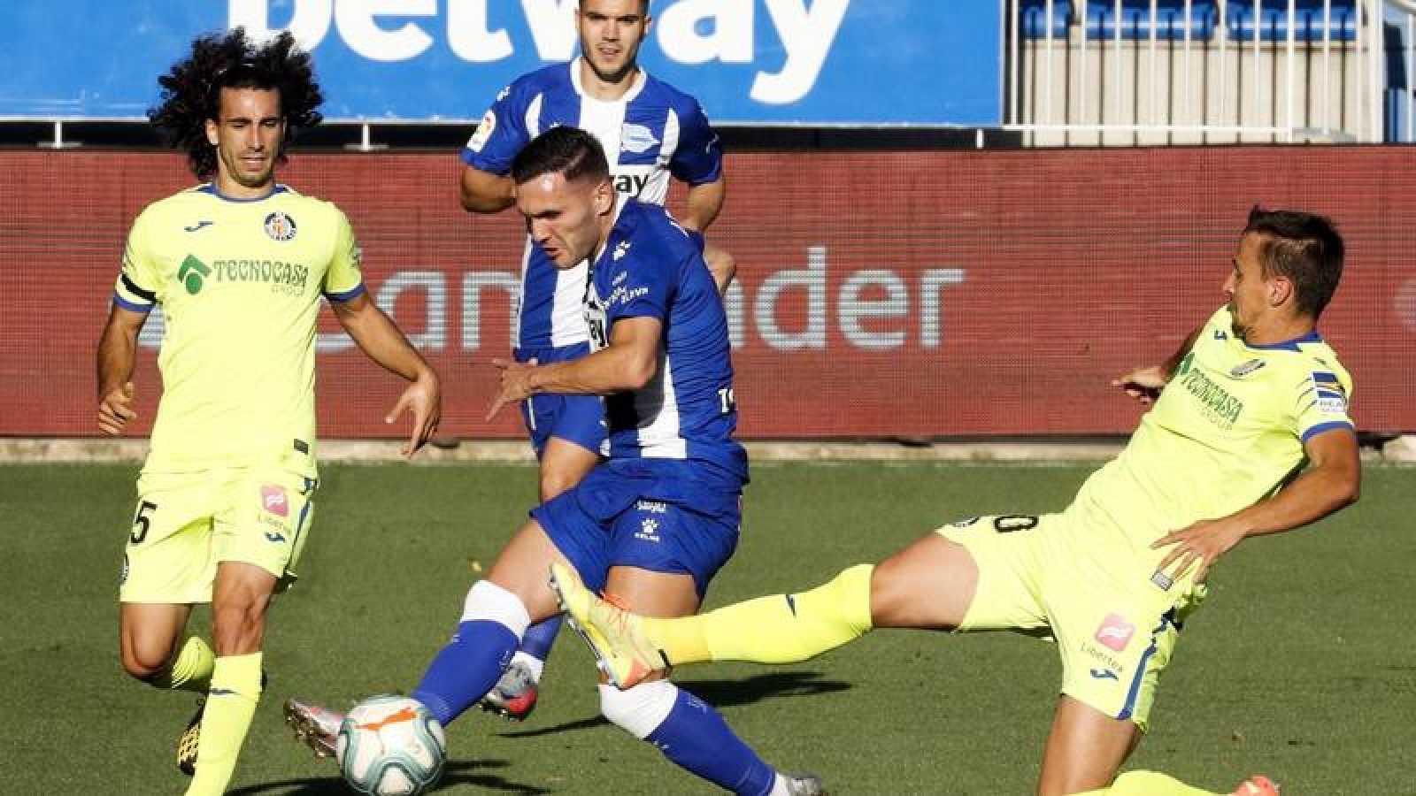 Lucas Pérez trata de disparar ante la defensa del getafense Maksimovic.