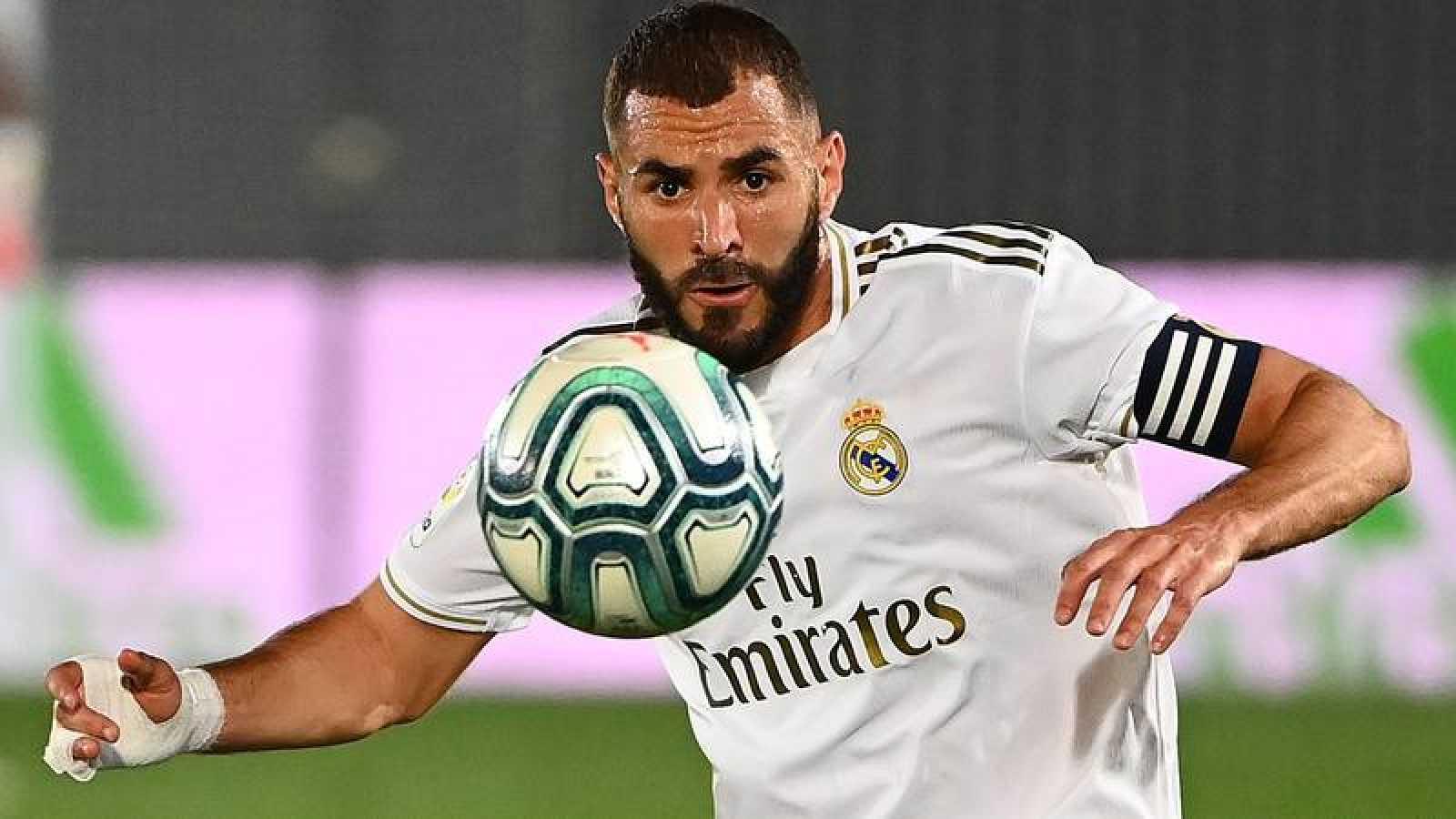 Karim Benzema controla el balón.