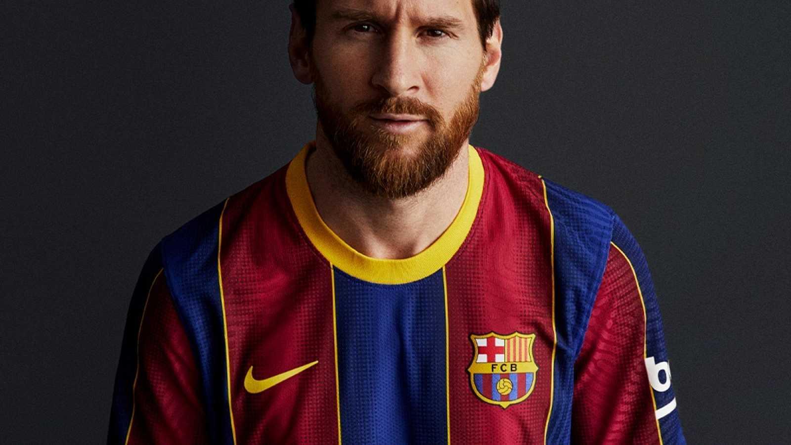 Leo Messi, capitán del FC Barcelona posa con la nueva equipación para la temporada 20/21
