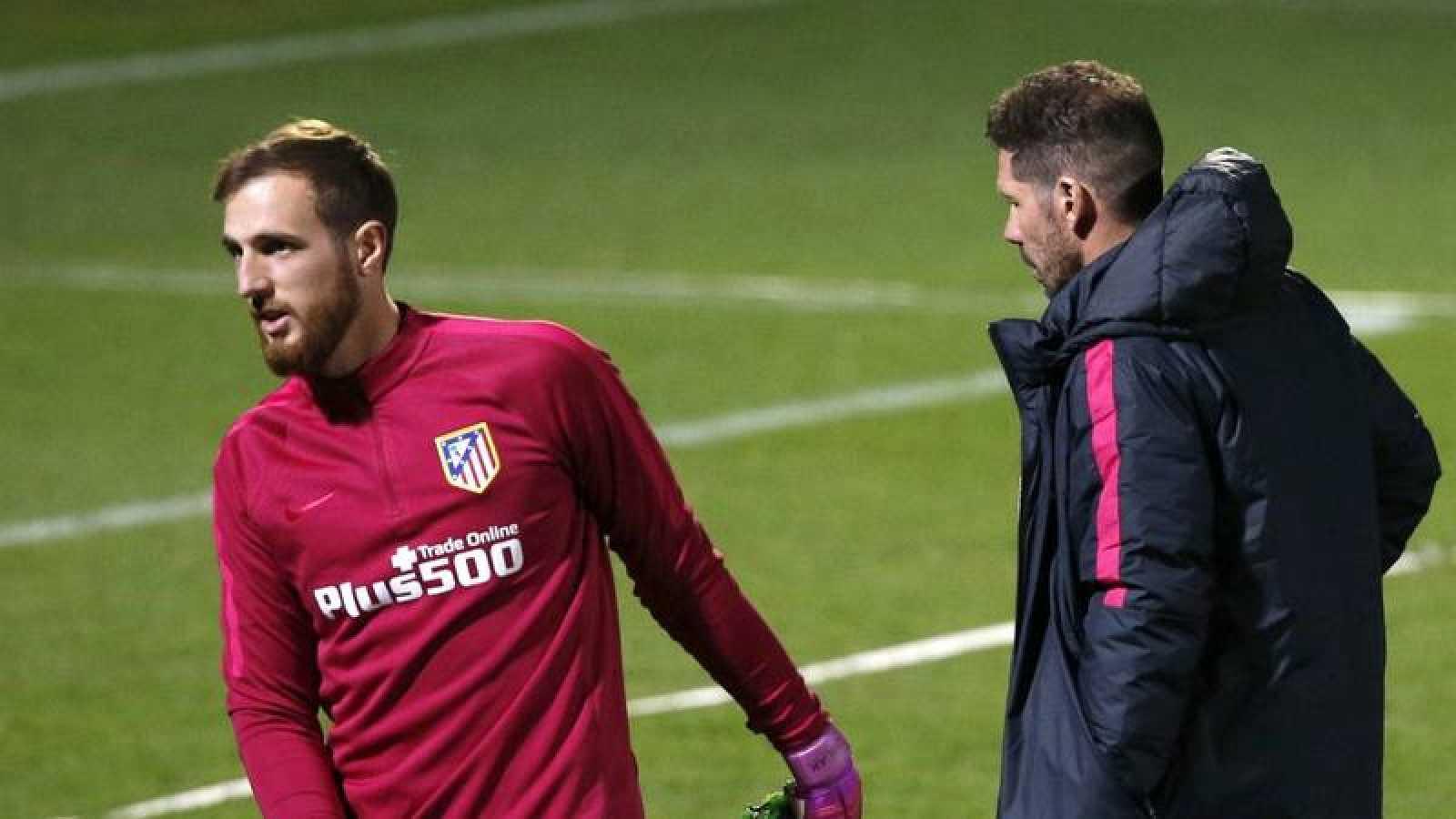 Jan Oblak, en un entrenamiento del Atlético junto a Diego Pablo Simeone.