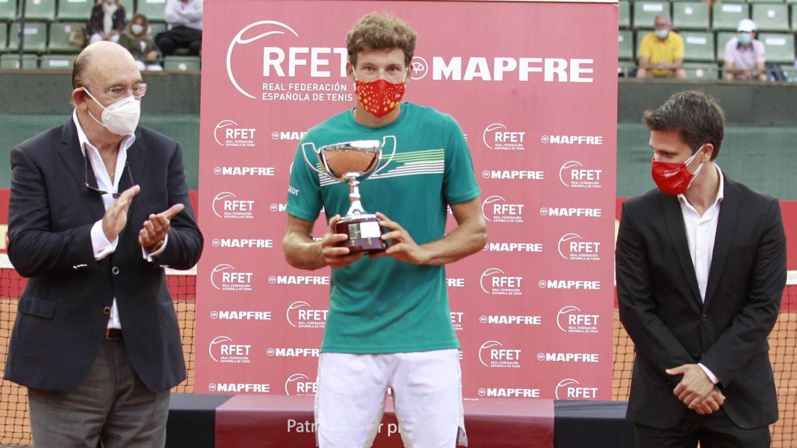 El tenista Pablo Carreño posa con la copa de la Liga MAPFRE, correspondiente a la primera jornada del torneo