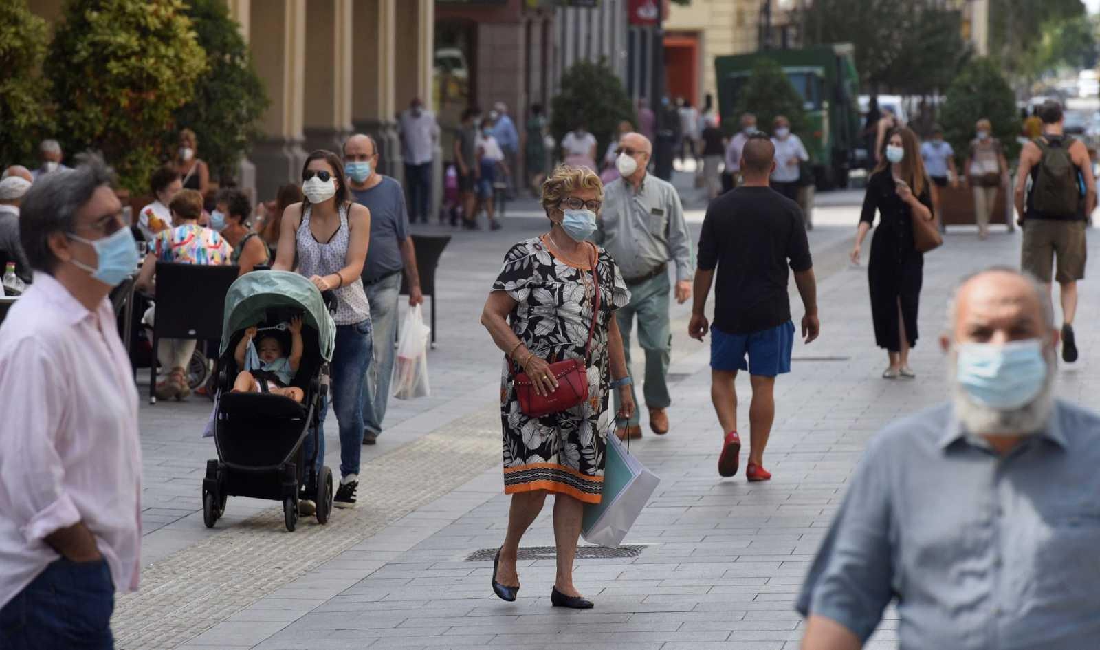 Varias personas pasean por Huesca este martes