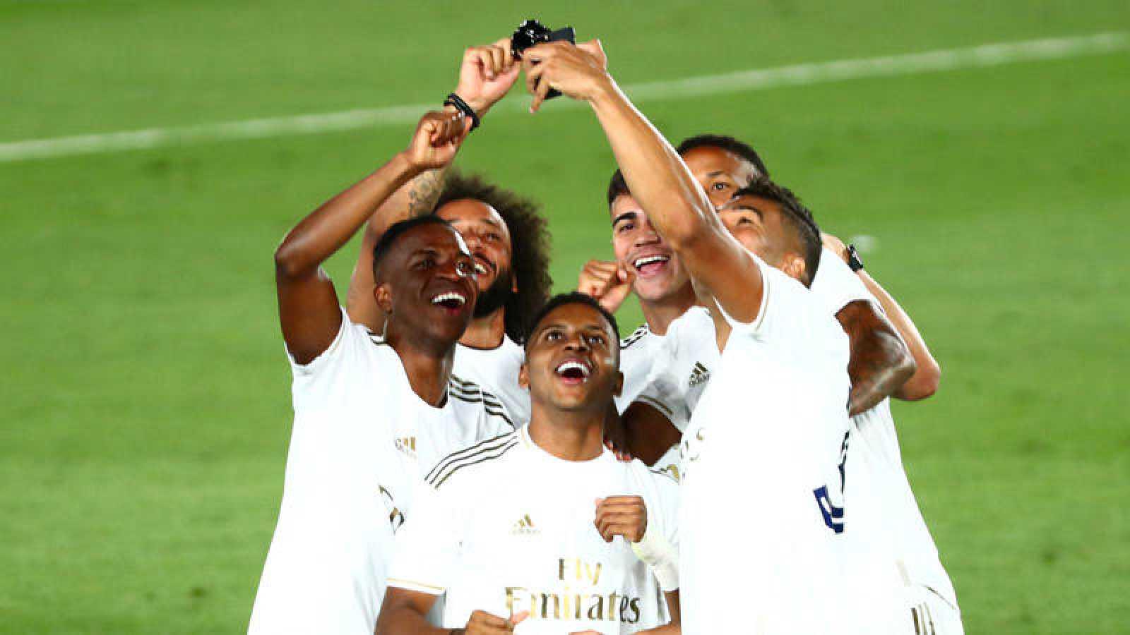 Casemiro se hace un 'selfi' junto a otros jugadores del Madrid para celebrar el título de Liga