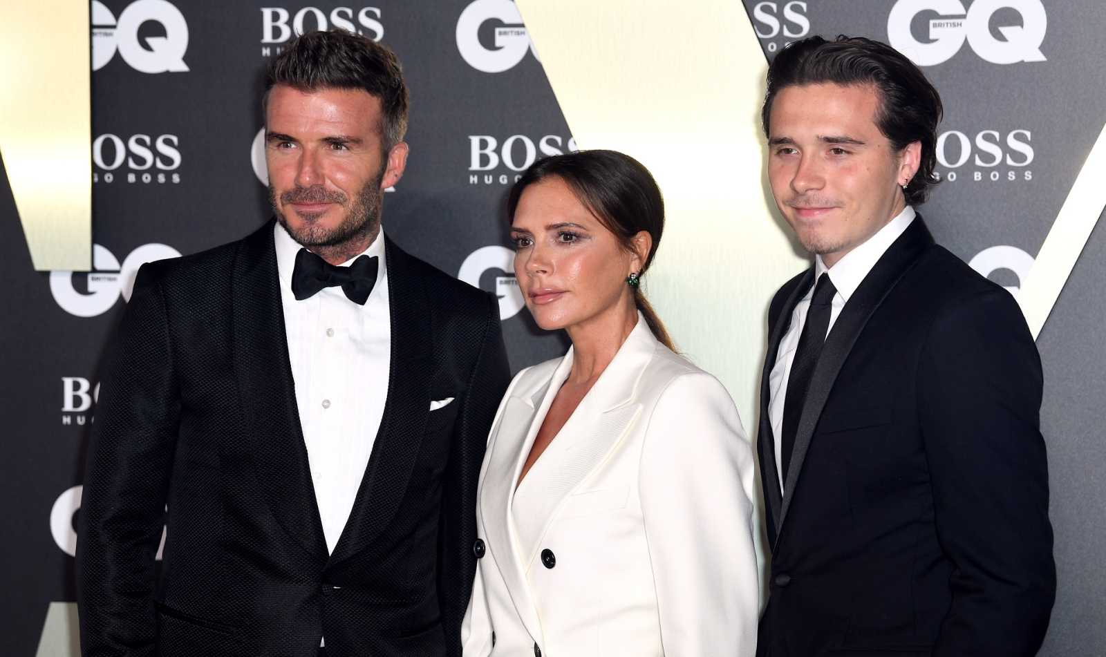 Brooklyn Beckham con sus padres