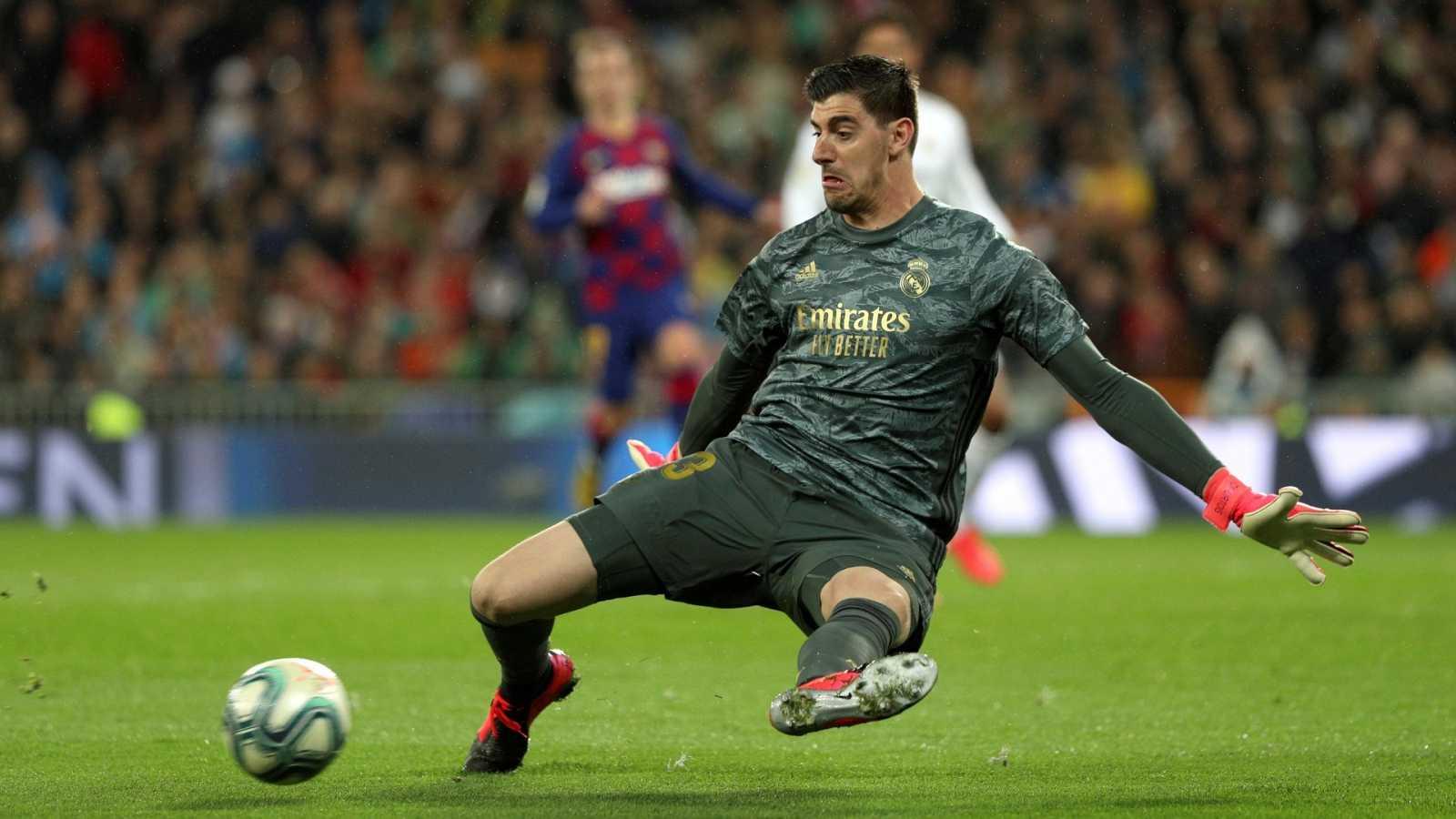 Courtois despeja un balón durante un partido con el Madrid